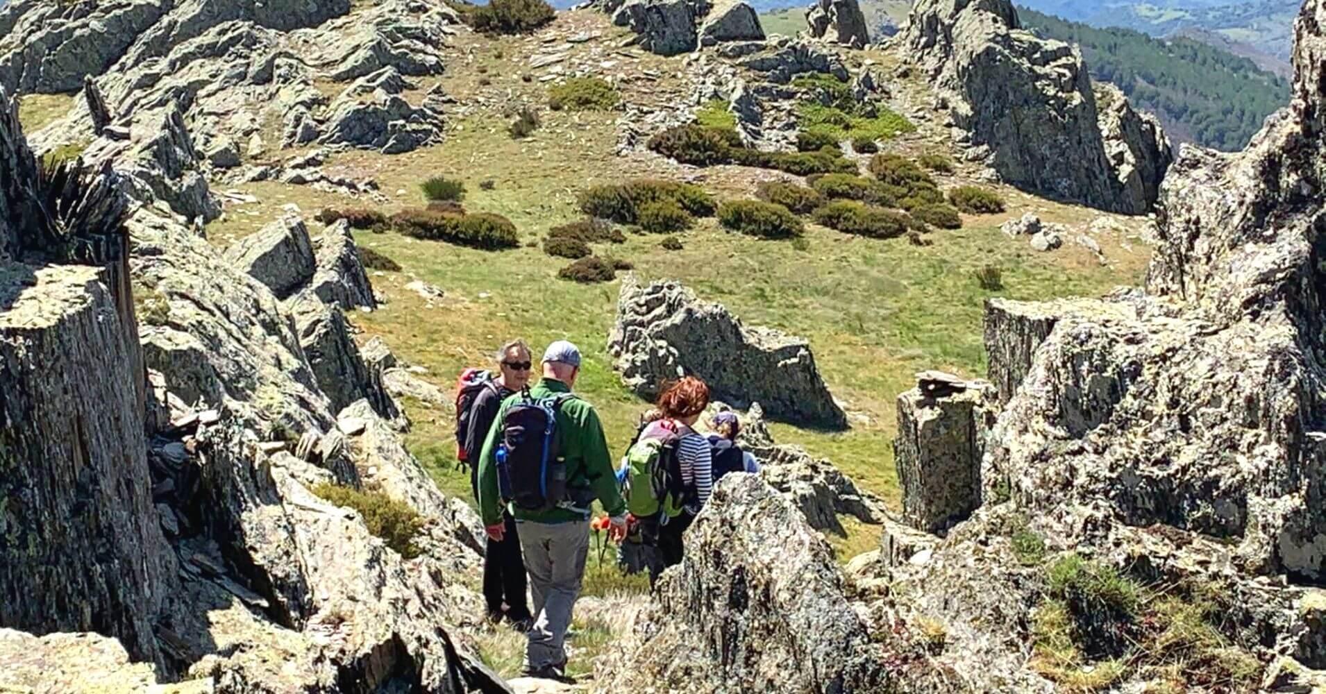 Bajada hacia una pradera en la ruta de la Cresta del Dragón. Sierra de Ayllón. Guadalajara.
