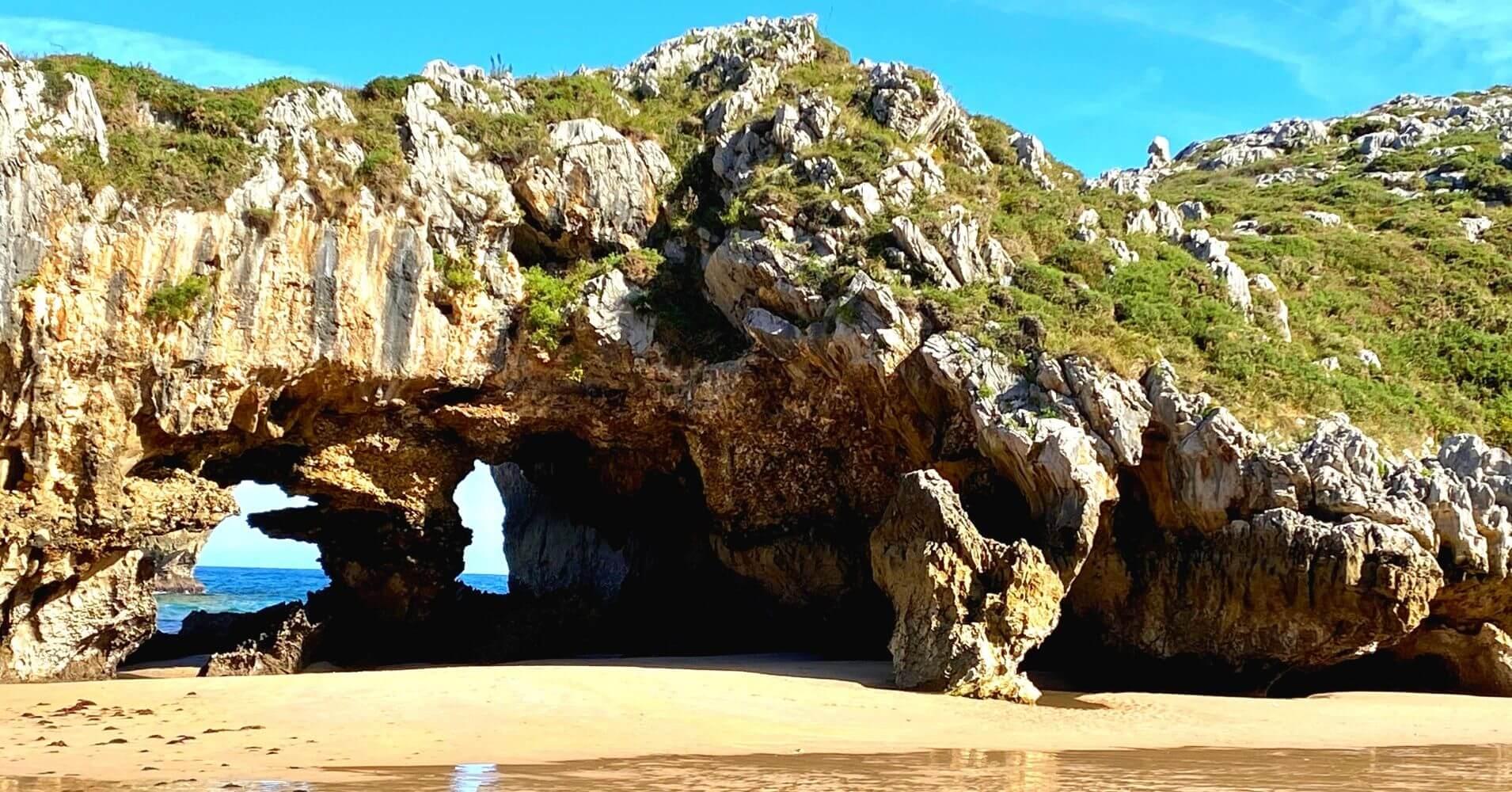 Bajamar en playa de Cuevas del Mar. Nueva, Escapada a Asturias.