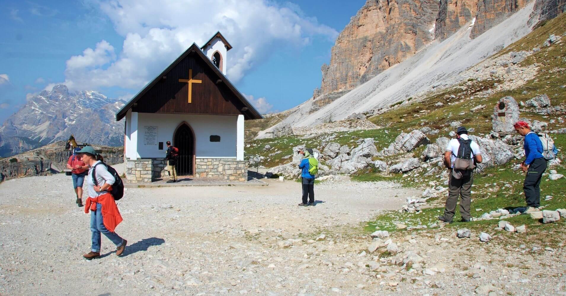 Capilla Alpina, Cappella degli Alpini. Tres Cimas de Lavaredo. Alpes Dolomitas. Belluno. Véneto. Italia.