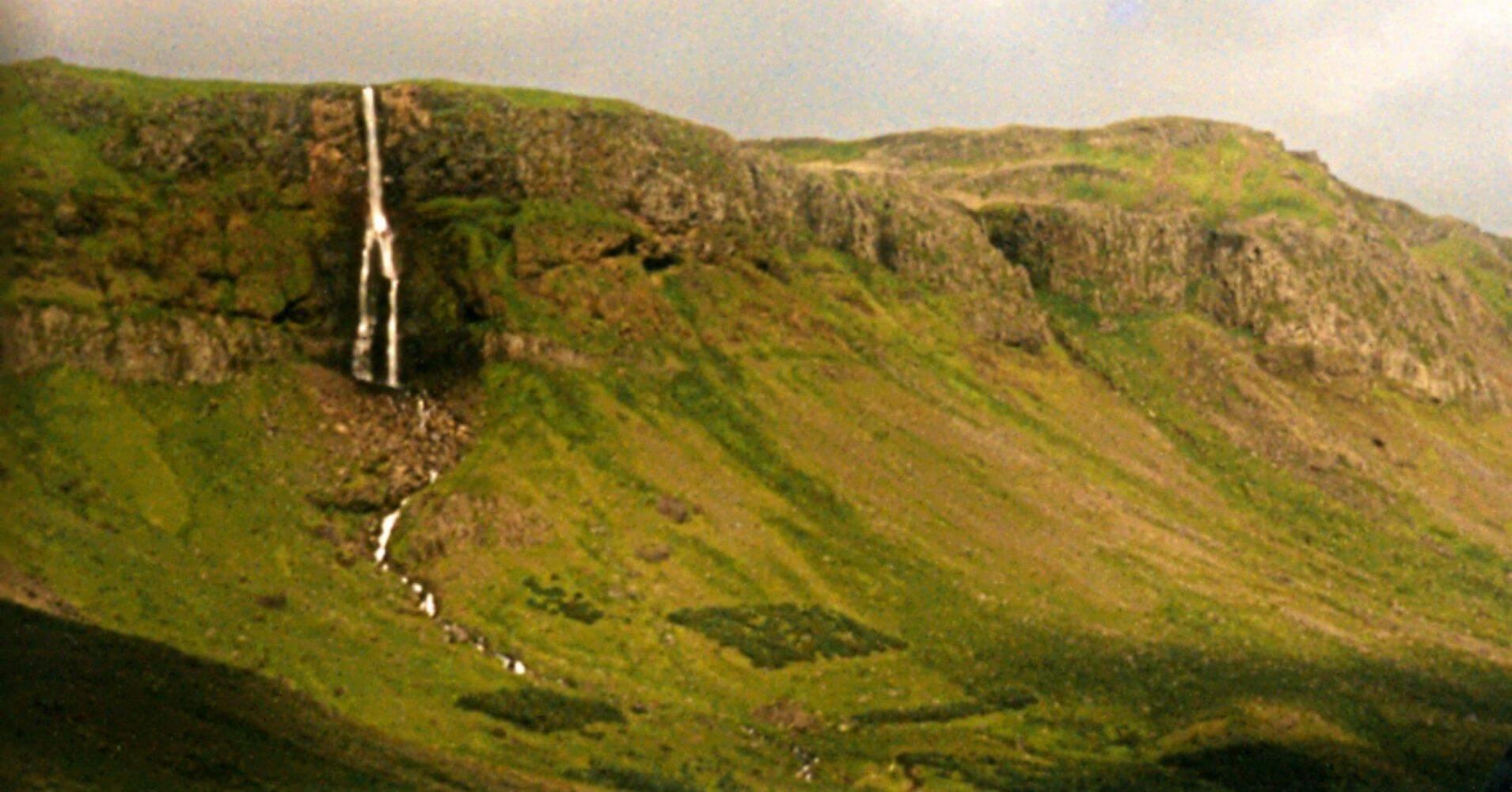 Cascada del Parque Nacional Snaefells Snæfellsjökull. Vesturland, Islandia.