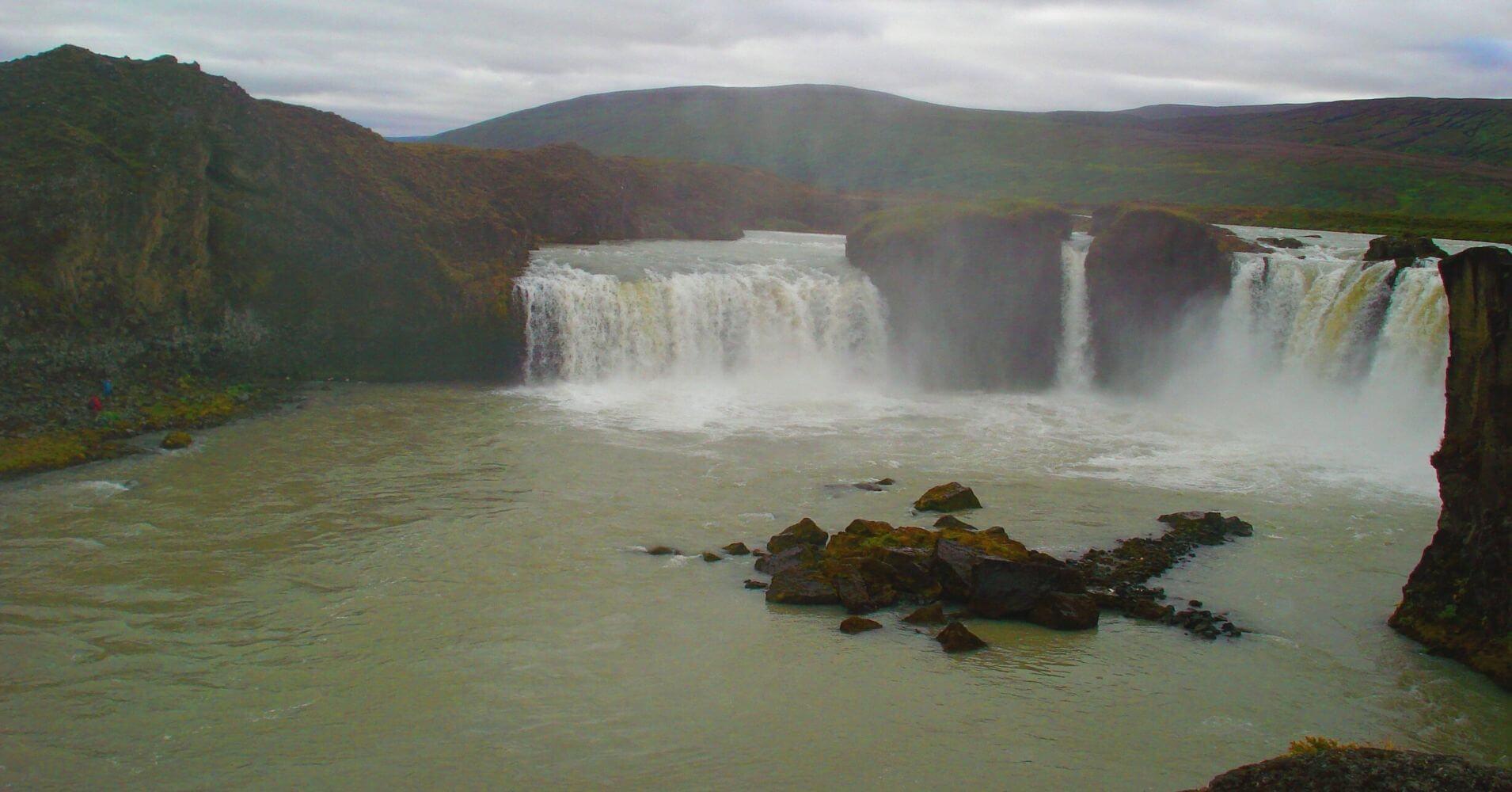 Cascada Góðafoss. Lago Mývatn. Norte de Islandia.