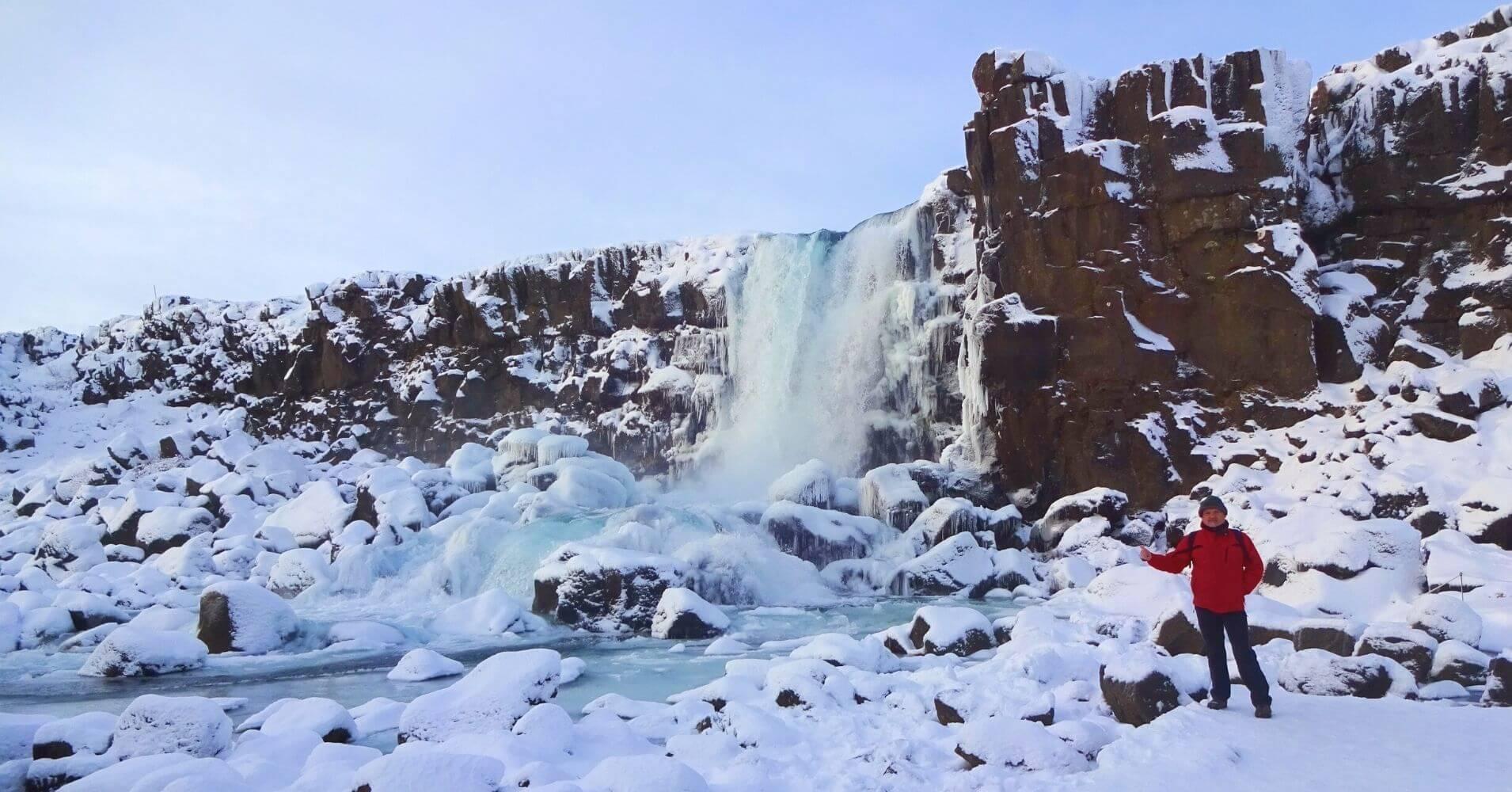 Cascada Oxararfoss. Paisaje islandés invernal.