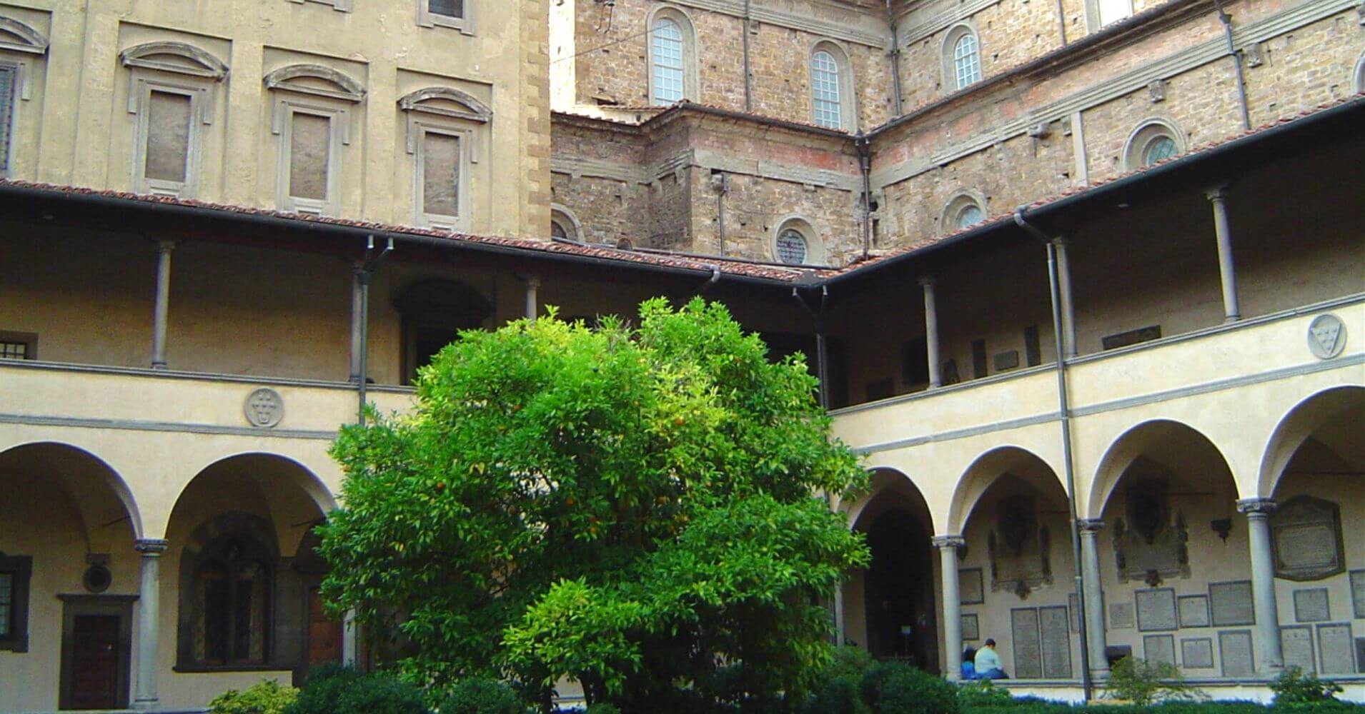 Claustro Iglesia San Lorenzo. Toscana, Italia.
