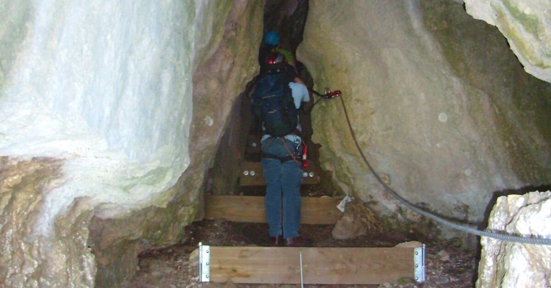 Cueva Ferrata Liaucous. Aveyron, Occitania. Francia.