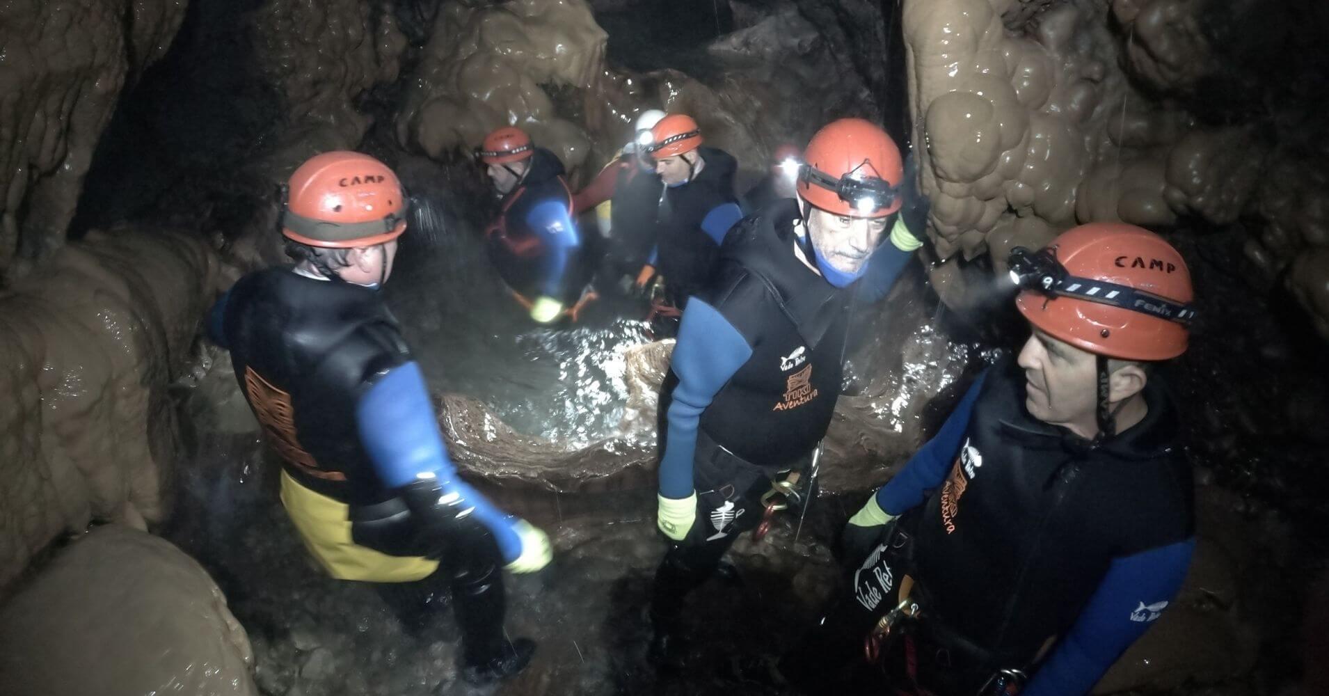 Travesía del Curso de Aguas. Cueva de Valporquero. Valporquero de Torio. León. Castilla y León. España.