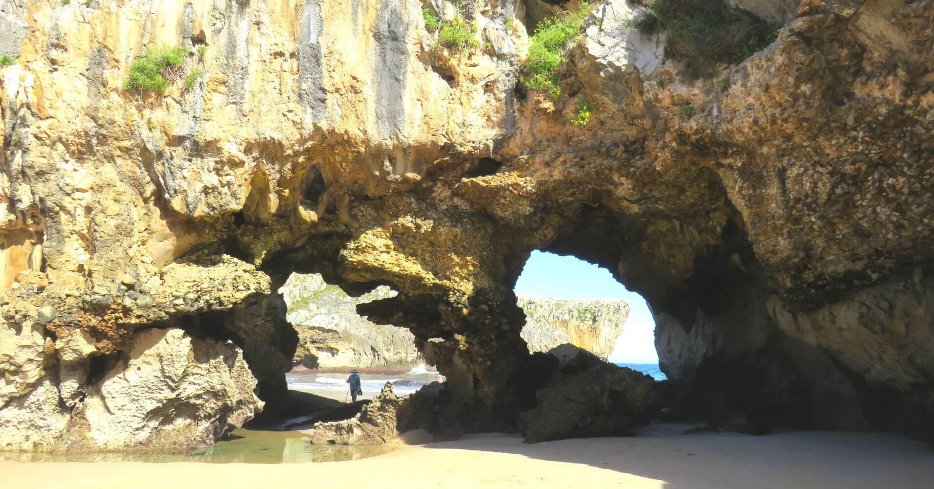 Detalles de la playa de Cuevas del Mar. Nueva. Asturias.