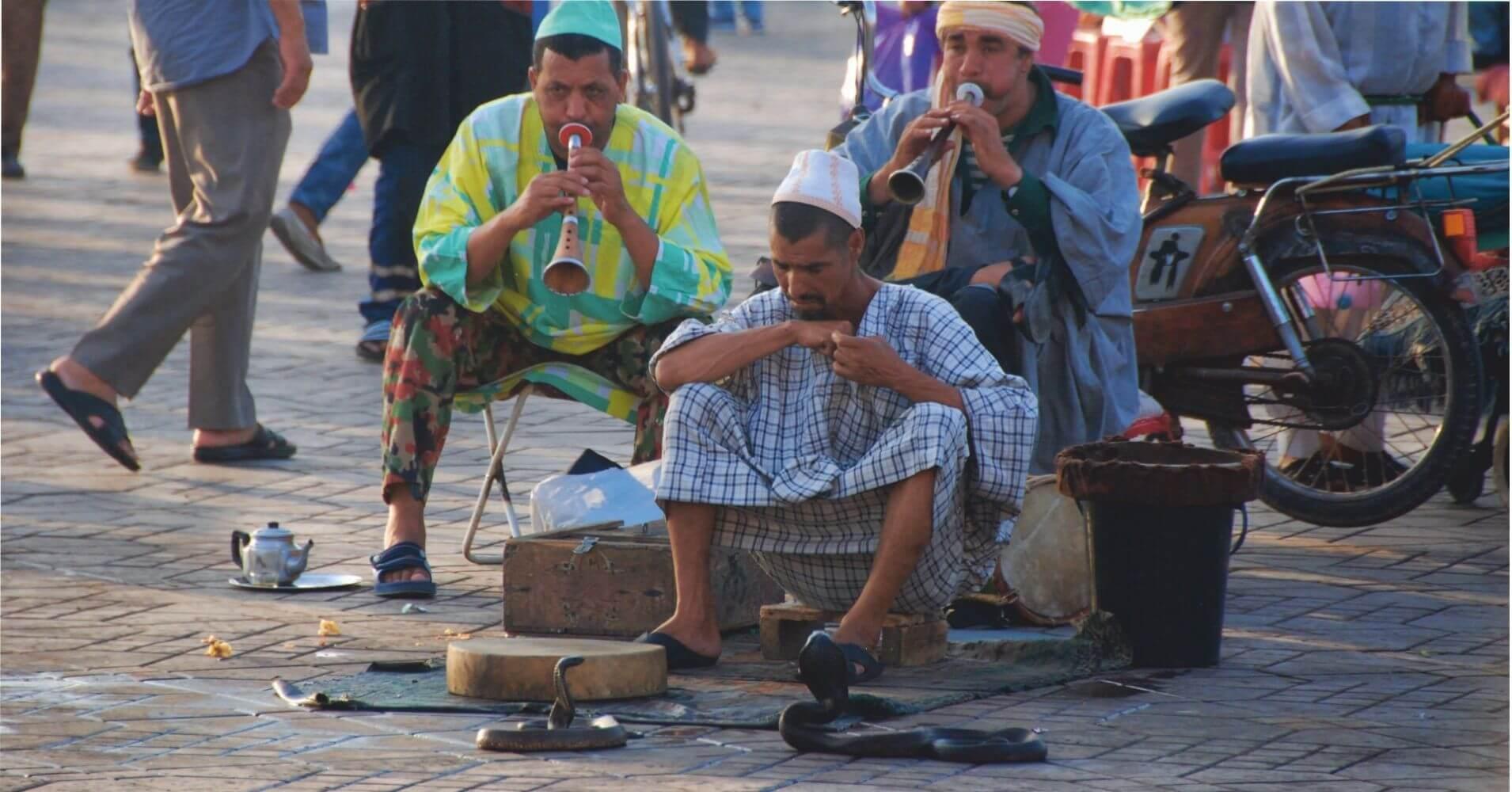 Encantadores de Serpientes en la Plaza de Jamaa el Fna. Marrakech, Marruecos.