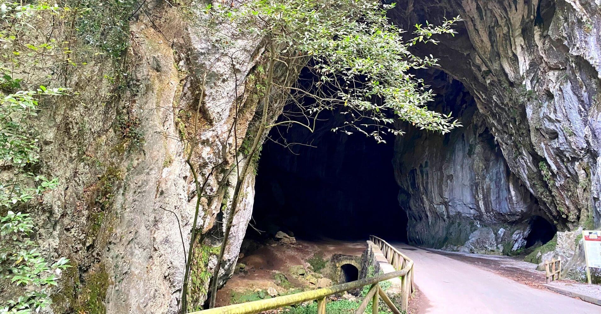 Entrada de la Cuevona de Cuevas. Escapada a Asturias.