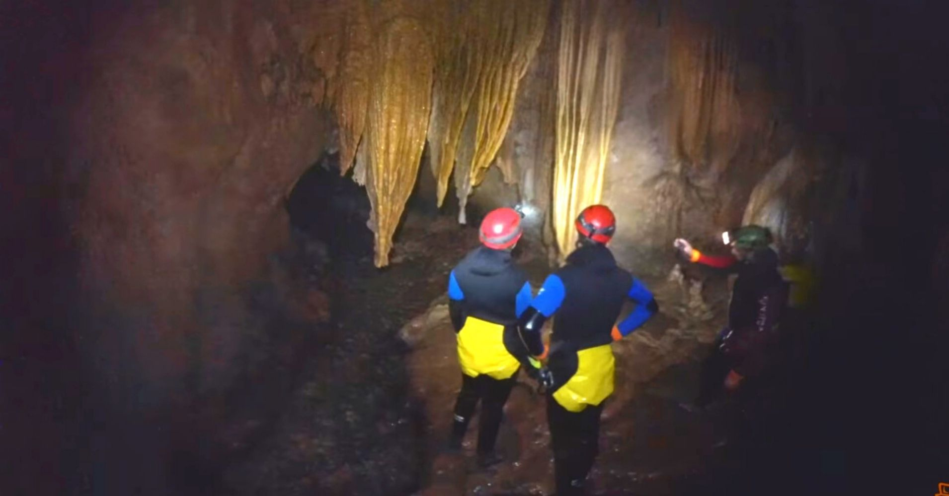 Estalactitas en el Curso de Aguas. Espeleobarranquismo Cueva de Valporquero. Vegacervera. León. Castilla y León.