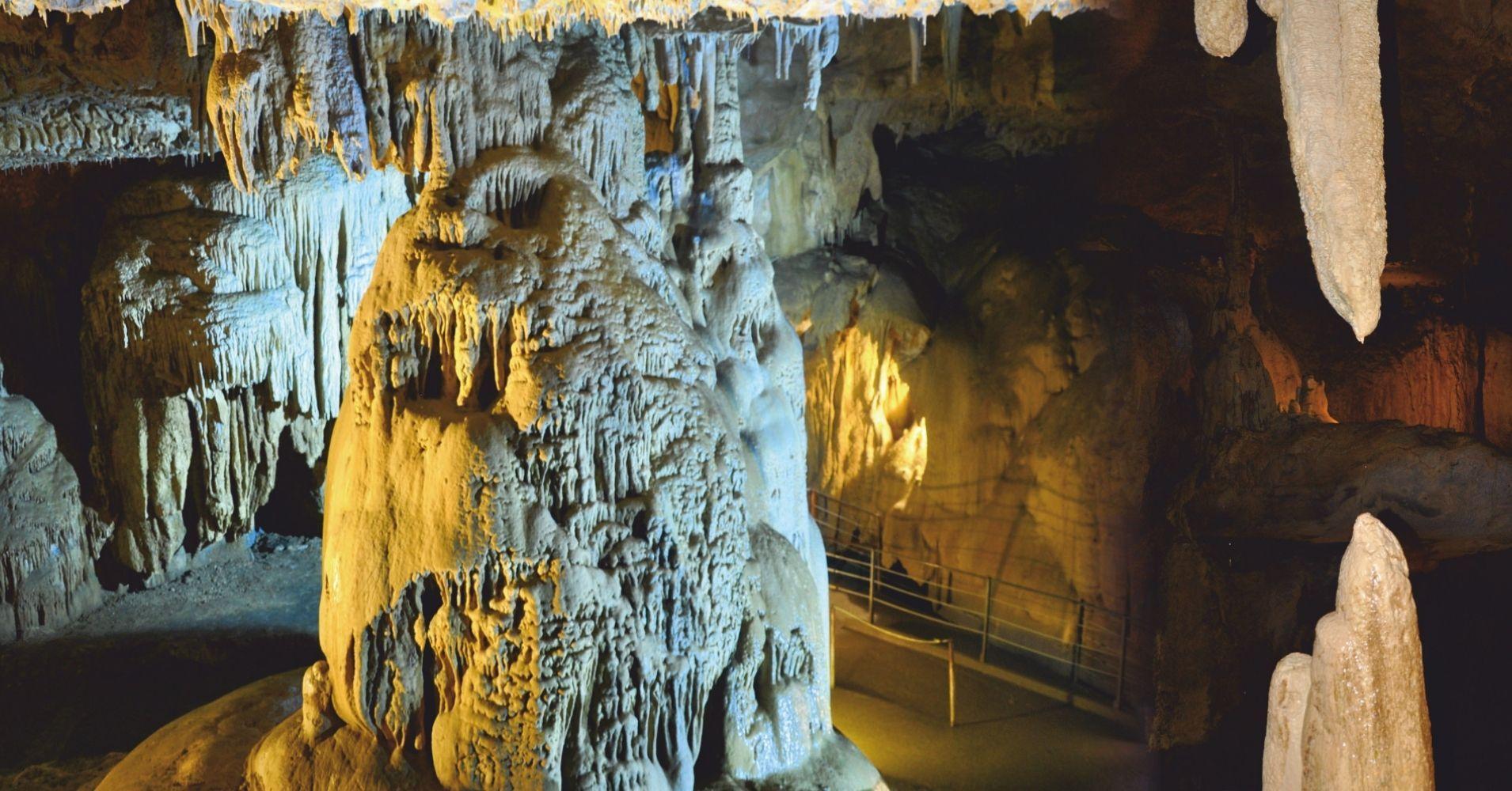 Estalactitas y Estalagmitas Grottes de Bétharram. Saint-Pé-de-Bigorre. Nueva Aquitania y Occitania. Pirineos Atlánticos y Altos Pirineos. Francia.