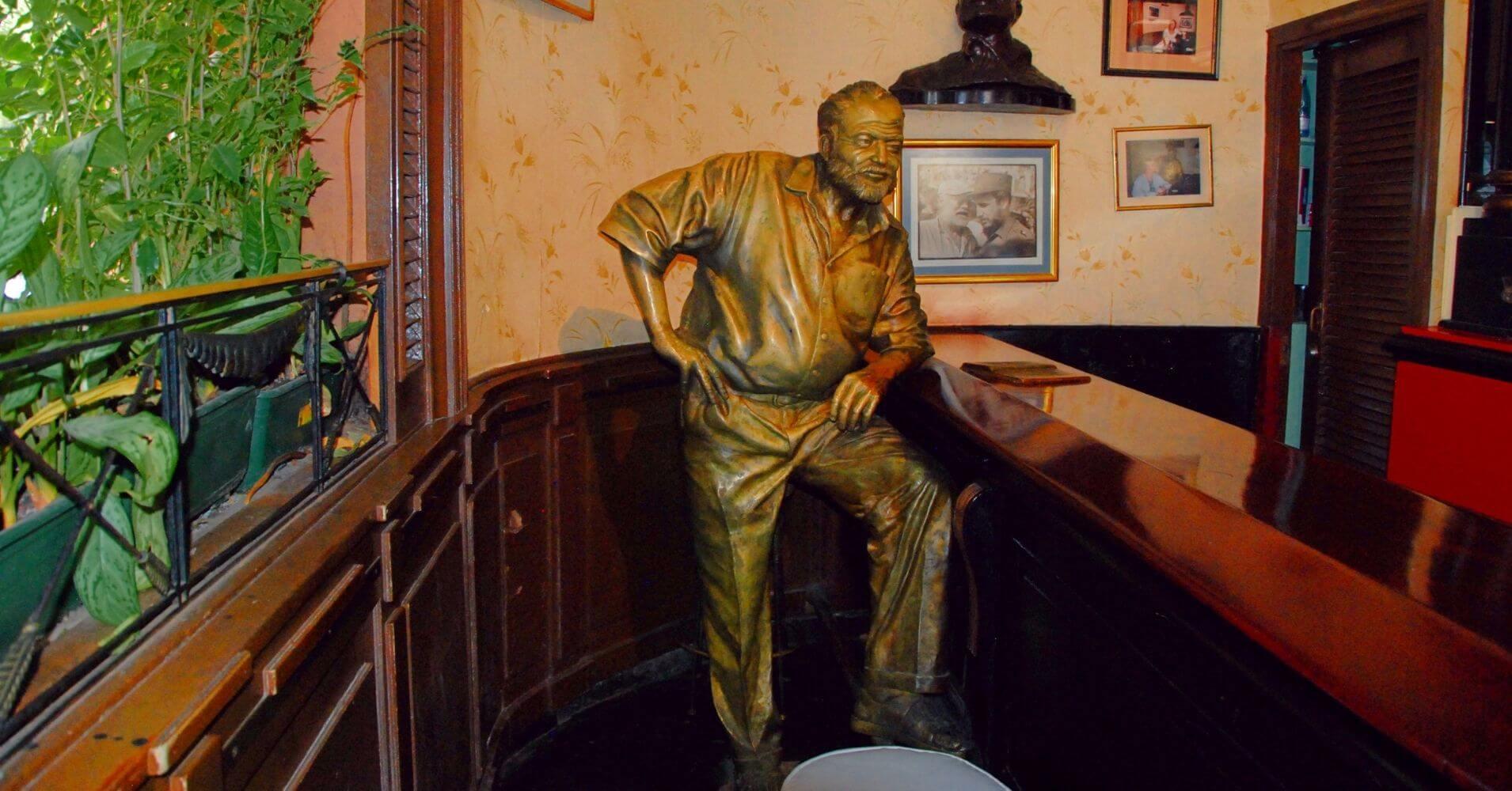 Estatua de Ernest Hemingway en La Floridita. La Habana. Cuba.