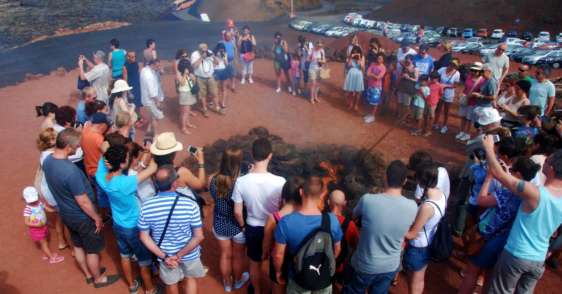 Exhibición del Fuego en el Parque Nacional de Timanfaya. Lanzarote.