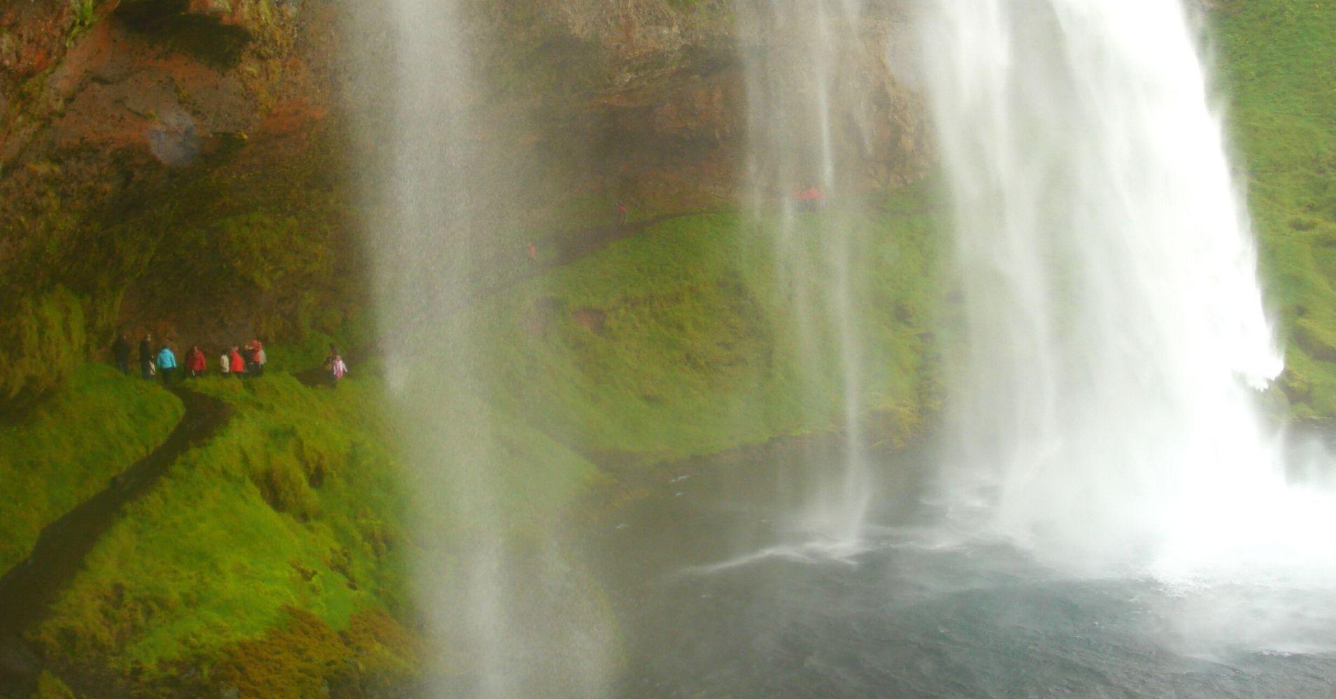 Explorando la Cascada Seljanlandsföss. Road Trip por Islandia.