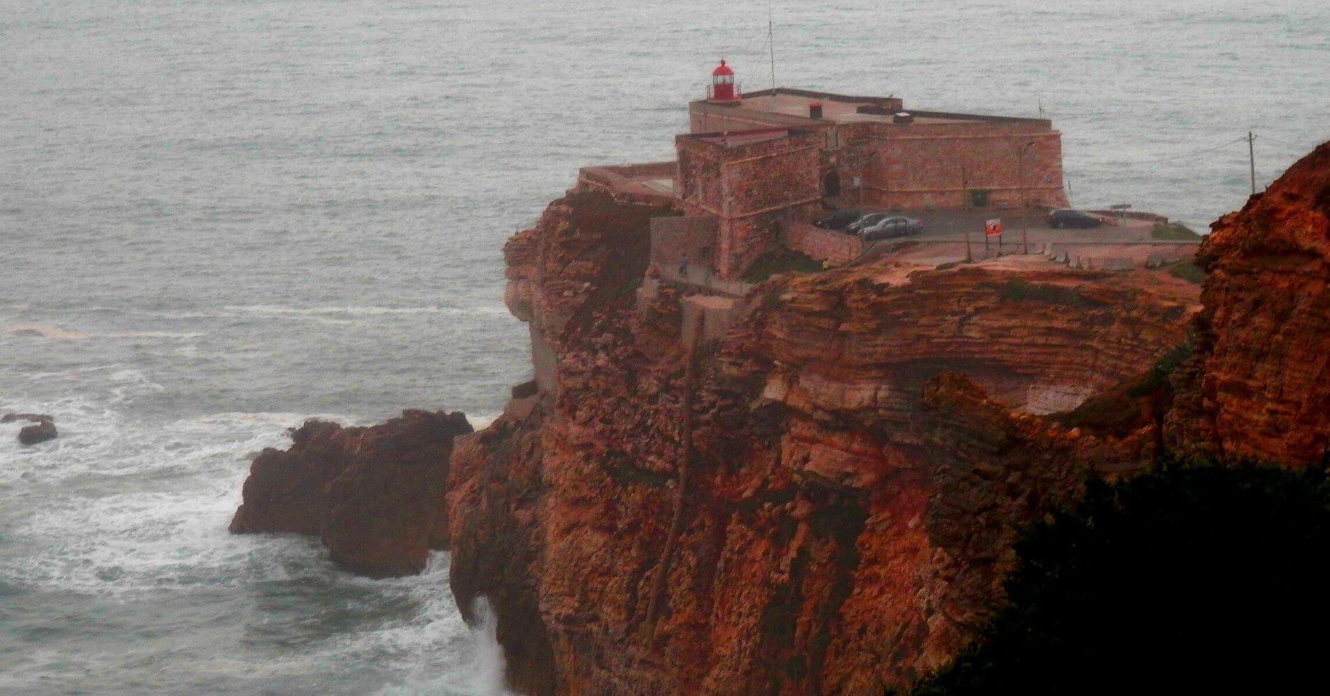 Faro de Nazaré el Sitio de las Olas Gigantes. Portugal.