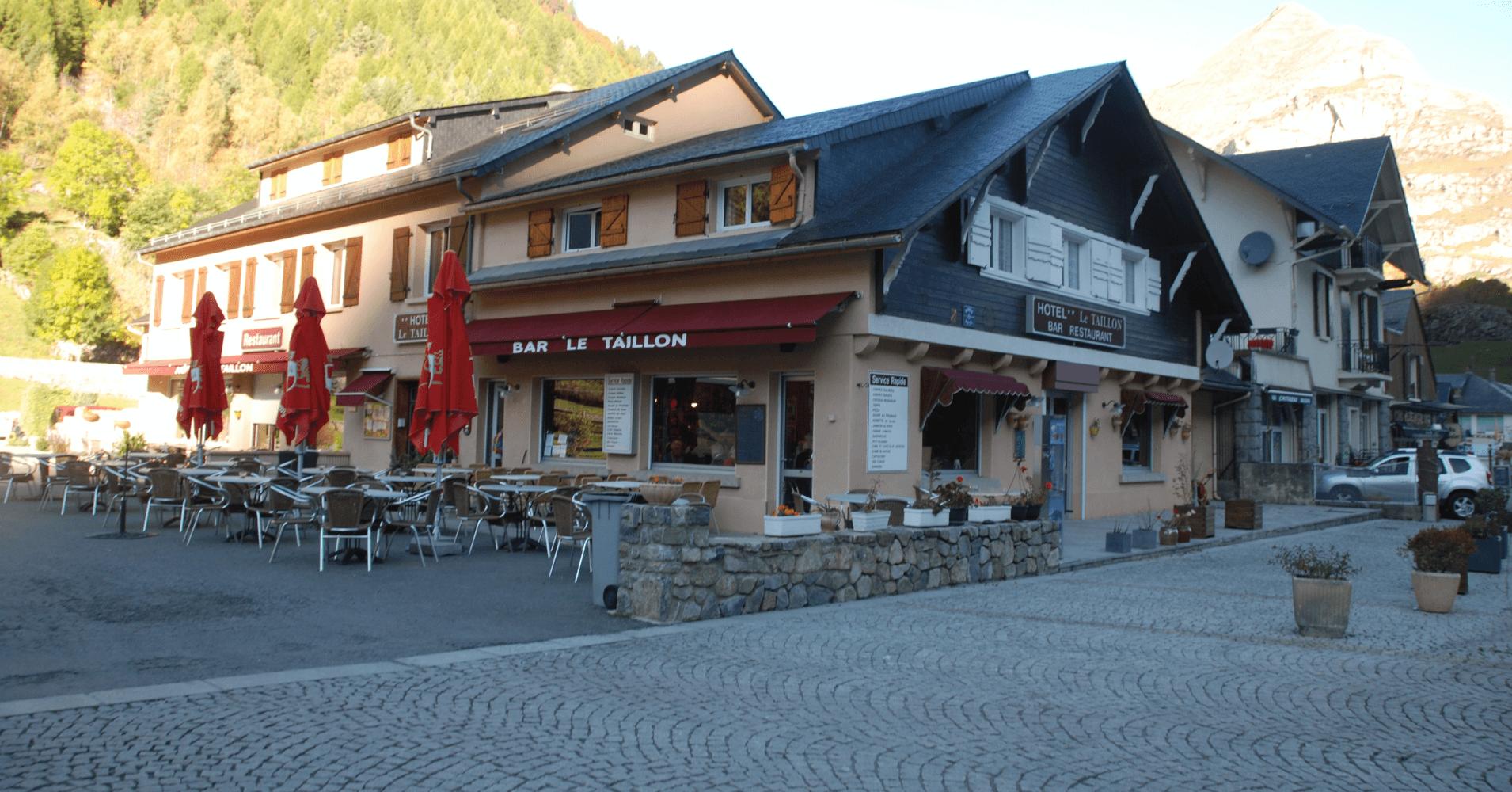 Restaurantes del pueblo. Altos Pirineos, Occitania. Francia.