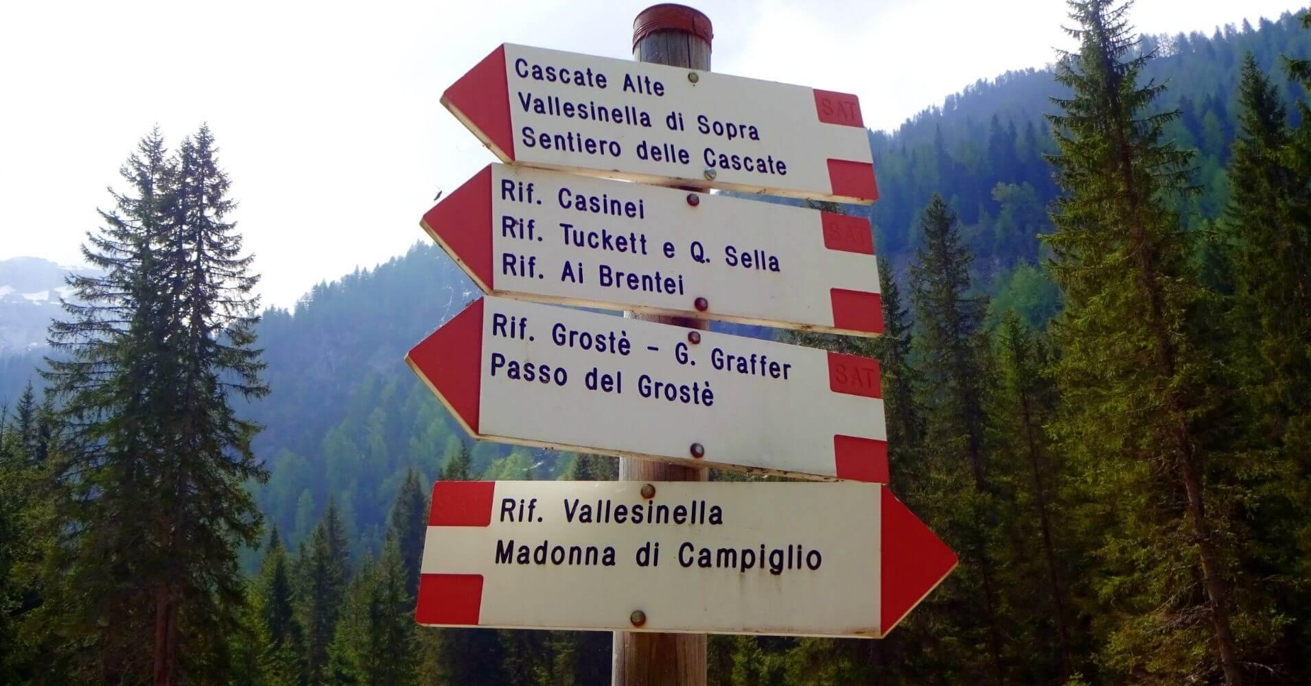 Indicadores de Dirección. Dolomitas de Brenta. Trentino Alto Adigio, Italia.