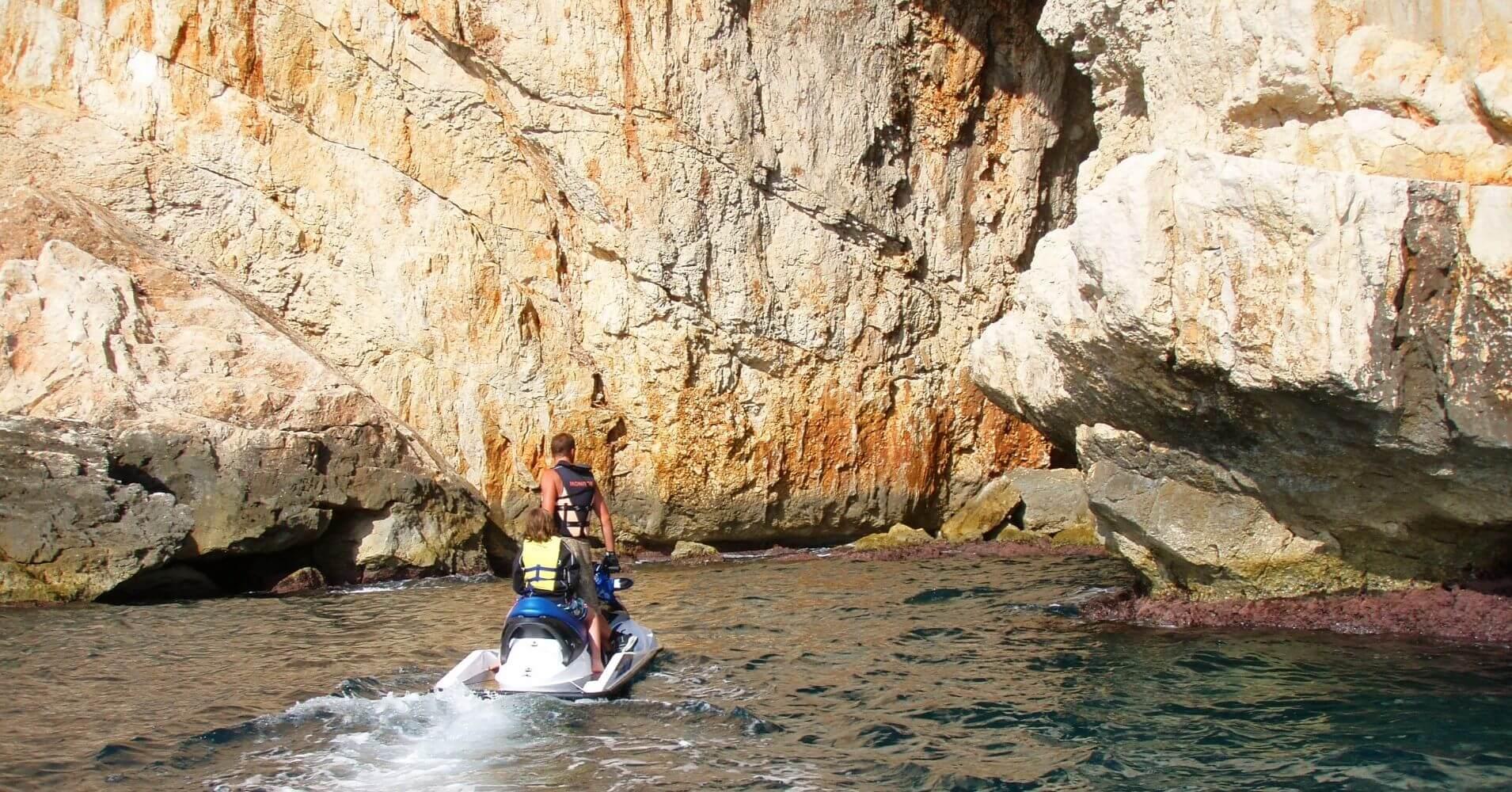 Entrada a la Cueva de los Órganos. Jávea. Alicante, Comunidad Valenciana.