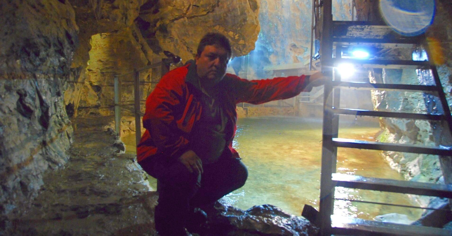 Lago y Cascada de la Grotte Aux Fées. Cueva de las Hadas. St. Maurice, Valais. Suiza.