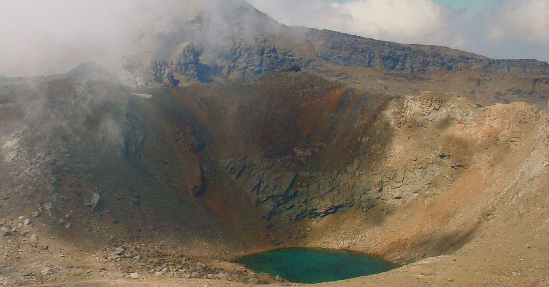 Laguna de la Caldera desde El Pico Mulhacén. Parque Nacional de Sierra Nevada, Granada. Andalucía.