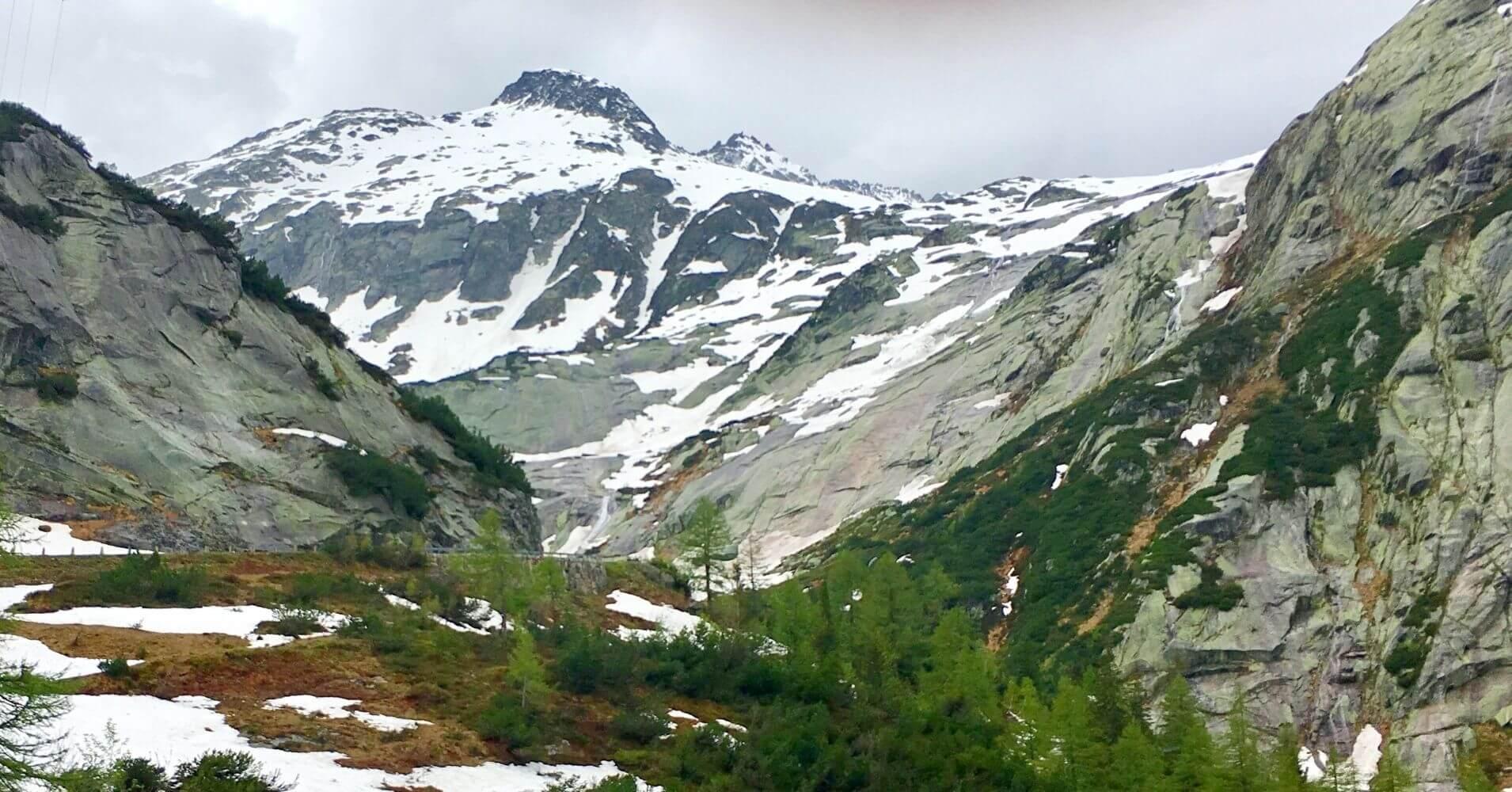 Montañas Nevadas desde la cima. Suiza.