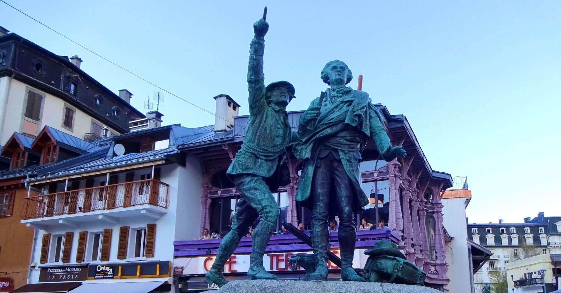 Monumento a Horace-Bénédict de Saussure y Jacques Balmat mirando la Cima del Mont Blanc en Chamonix.