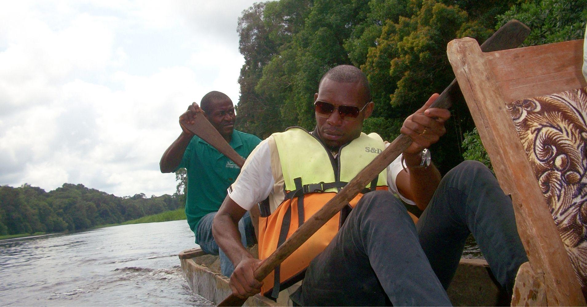 Navegando por el Río Nyong. Ebogo, Camerún.