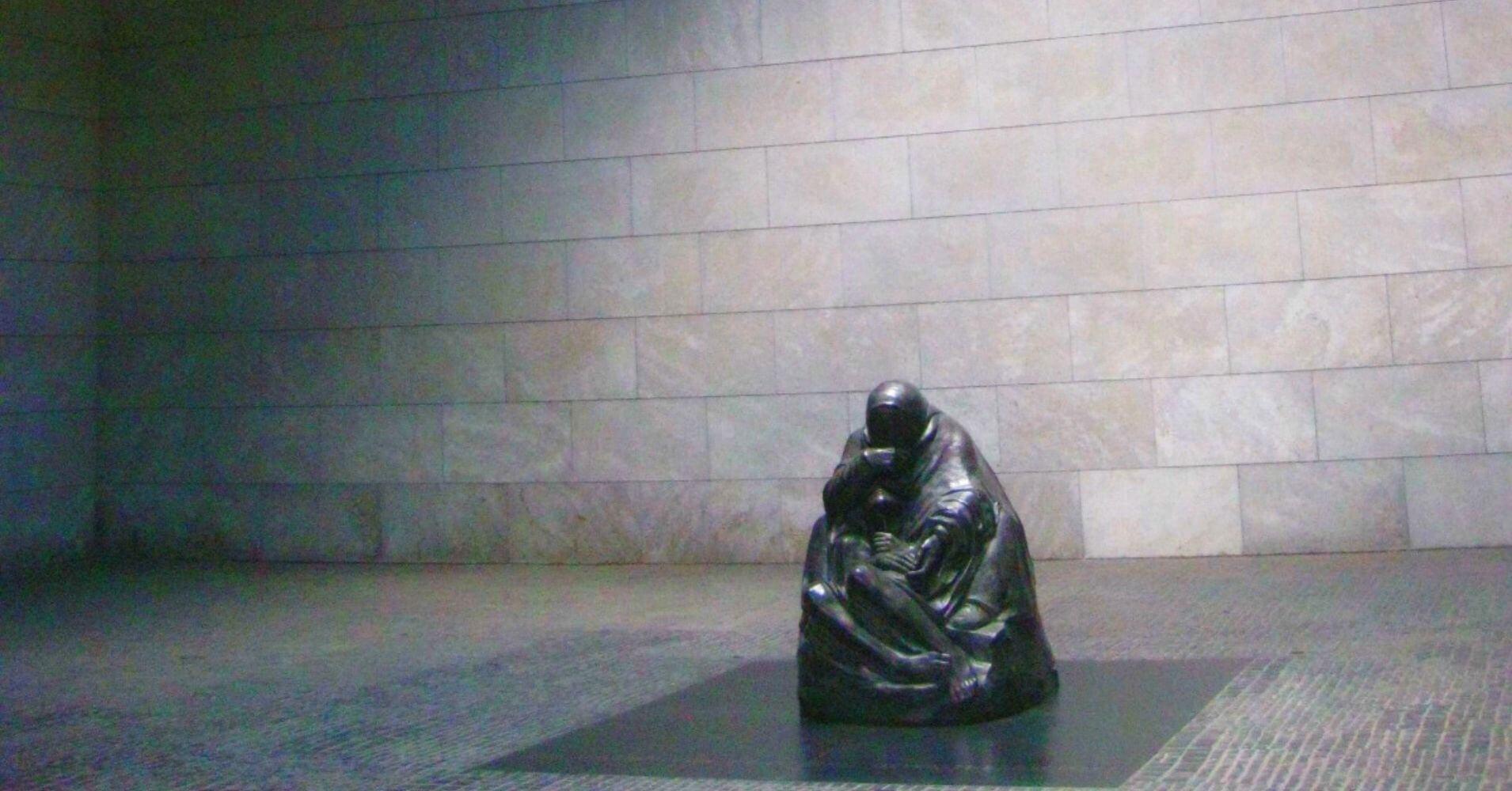 Neue Wache acoge el Monumento a las victimas del Fascismo. Berlín, Alemania.