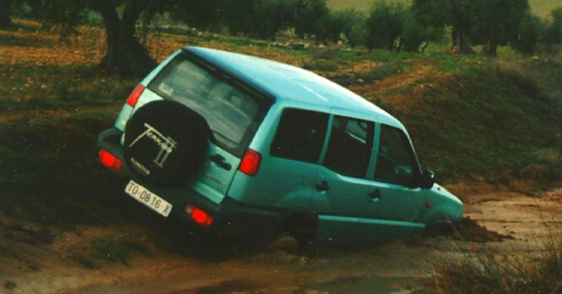 Nissan Terrano quedado en el barro.