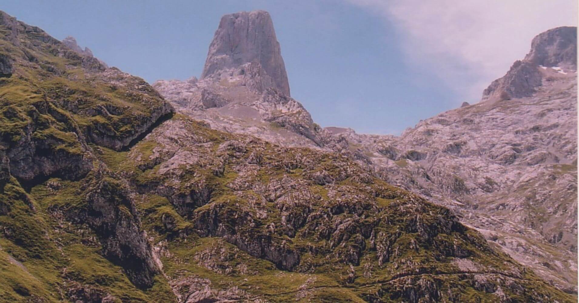 Panorámica del Naranjo de Bulnes. Pico Urriellu, Asturias.