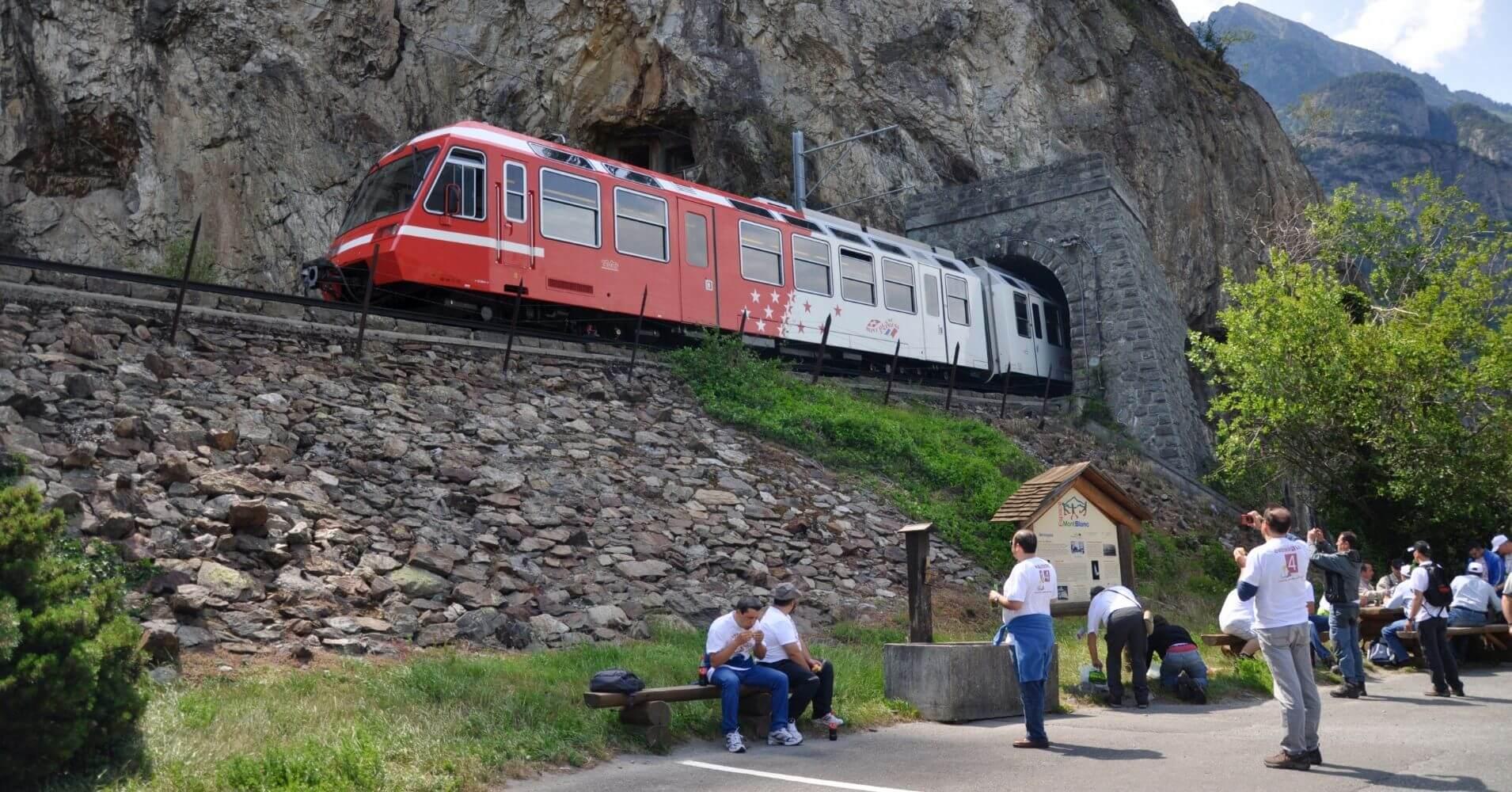 Parada de tren en Les Gorges du Trient. Valais, Suiza.