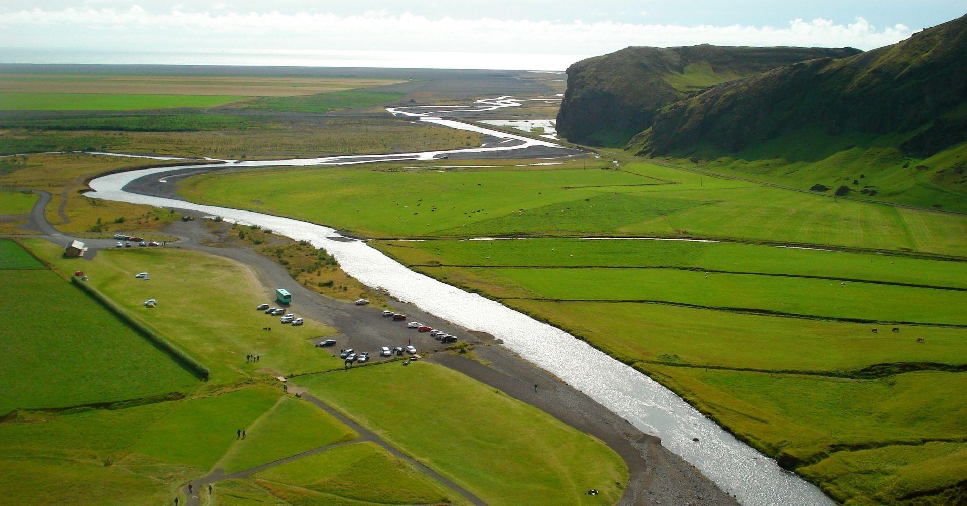 Parking de la Cascada de Skógafoss. Road Trip por Islandia.