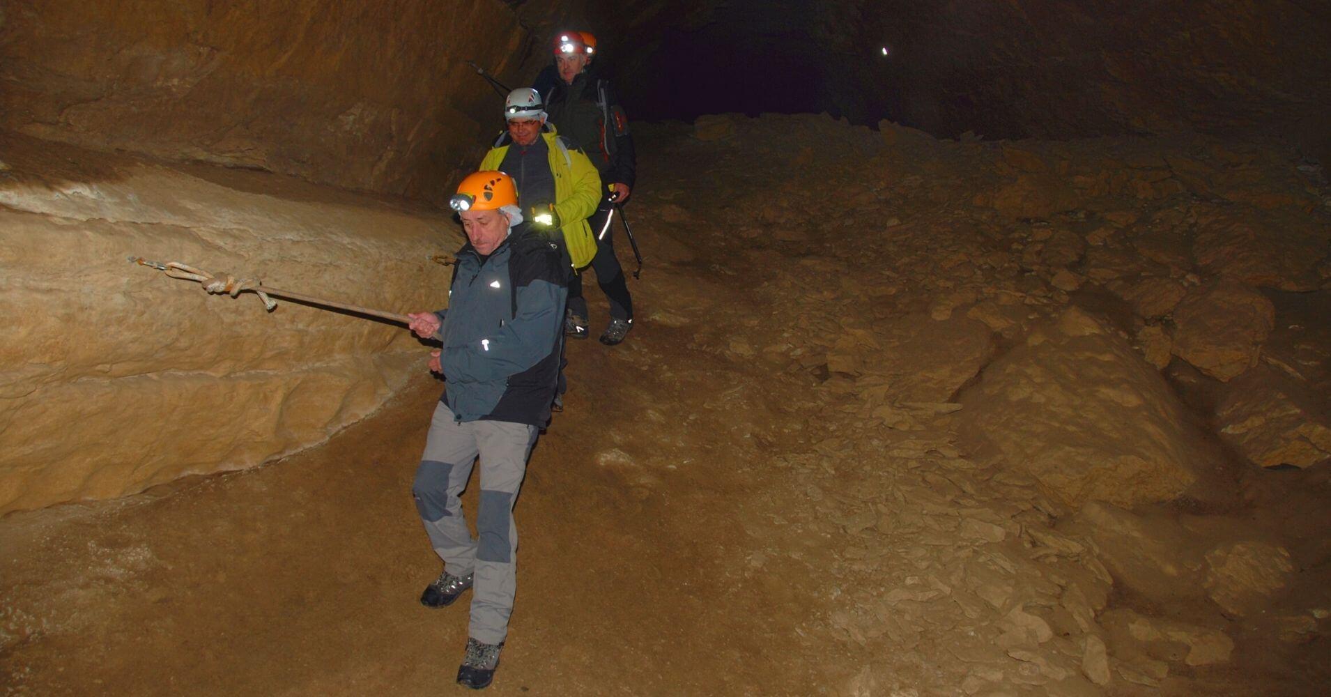 Pasamanos en la Cueva Palomera. Complejo Kárstico de Ojo Guareña. Las Merindades. Burgos, Castilla y León.