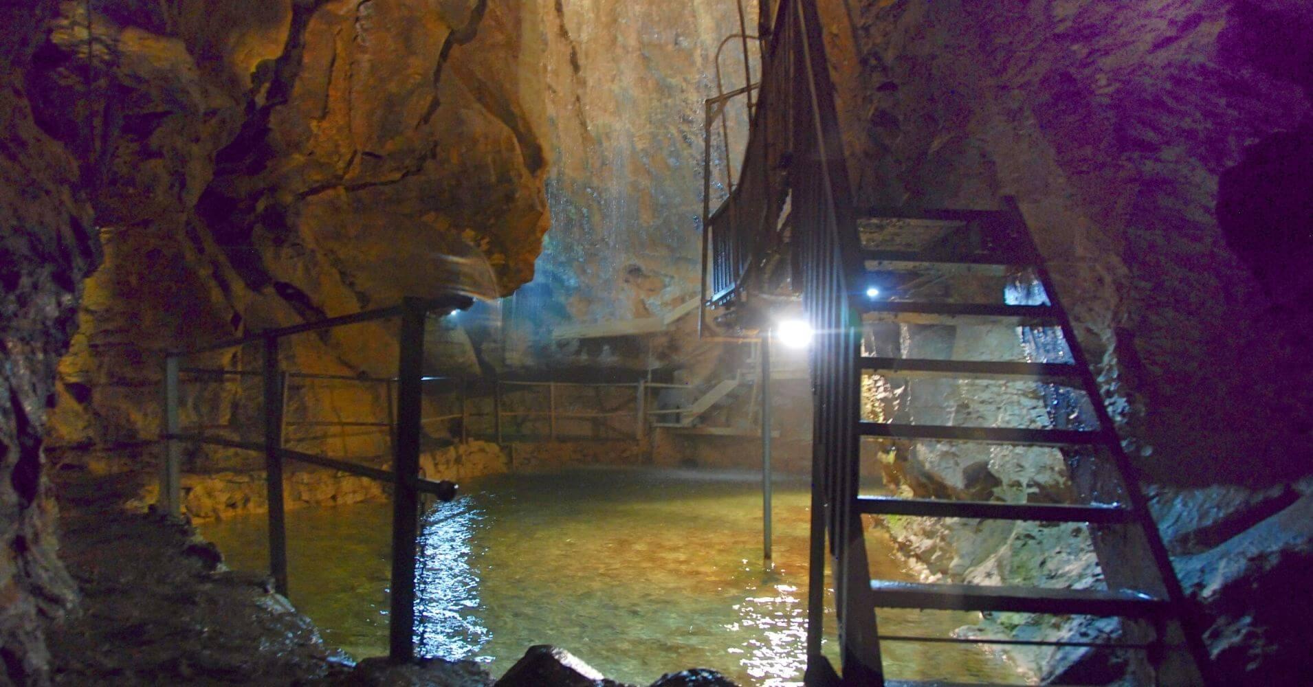 Pasarela del Lago y la Cascada de la Cueva de las Hadas. Grotte Aux Fées. St. Maurice. Valais. Suiza.