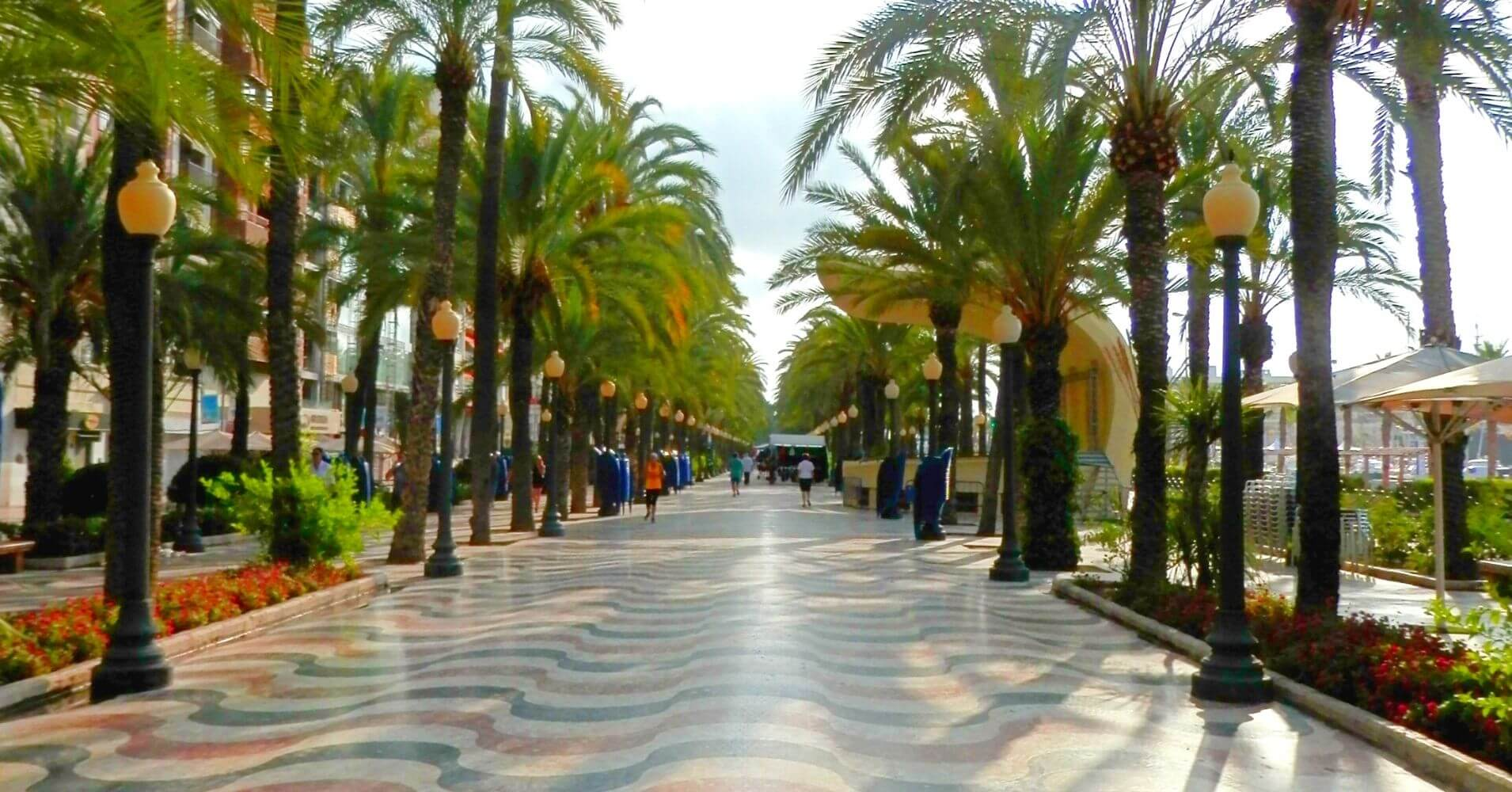 Paseo Marítimo de Alicante. Alacant El Hito Blanco. Comunidad Valenciana.