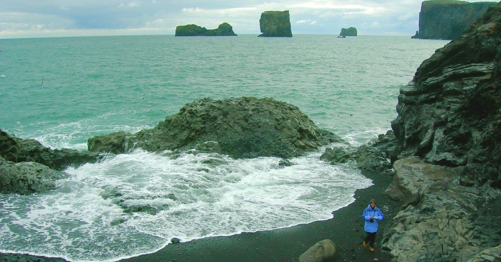 Playa de Arenas Negras de Reynisdrangar. Road Trip Iceland.