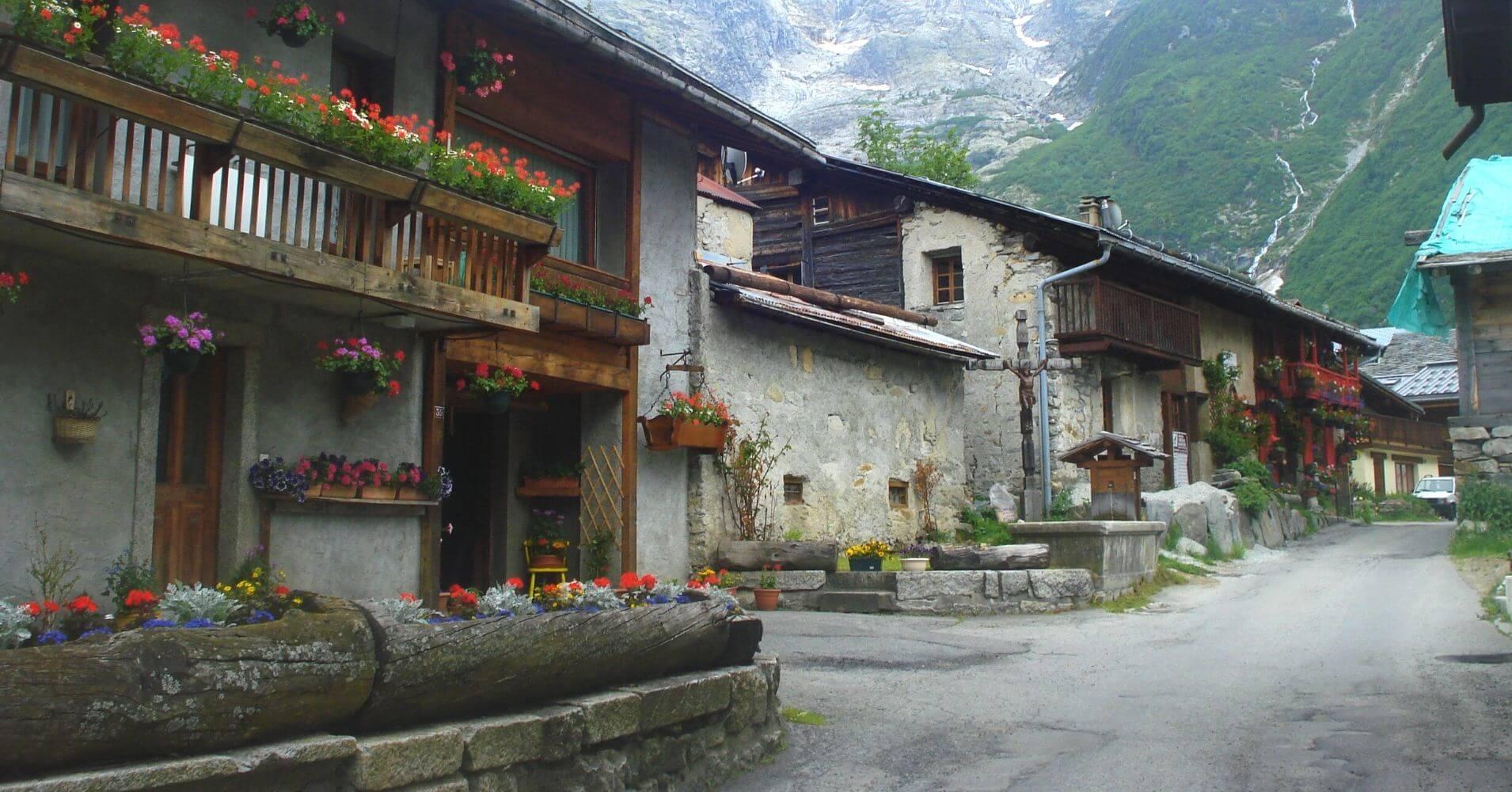 Pueblos del Tour del Mont Balnc. Francia, Suiza, Italia. Cordillera de los Alpes.