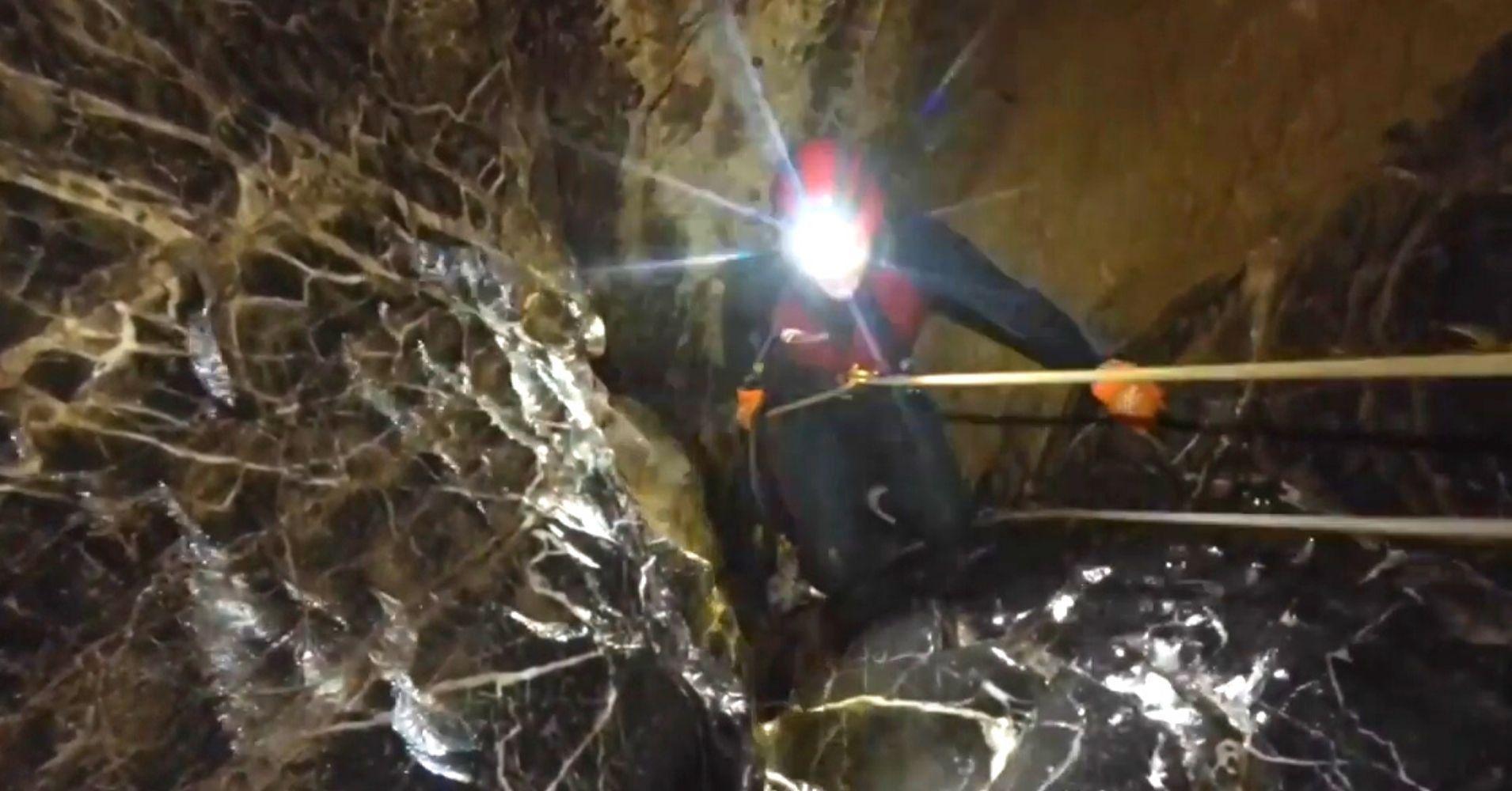 Rapelando en el Paso de la 'M'. Espeleobarranquismo Cueva de Valporquero. Vegacervera, León. Castilla y León.