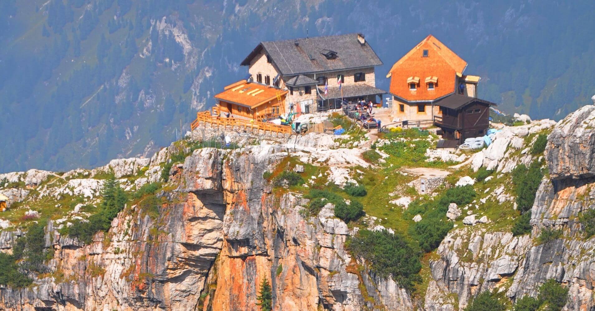 Refugio de Tucket, Ferrata Sendero de Sosat. Dolomitas de Breta. Madona di Campiglio. Trento, Trentino Alto Adigio. Italia.