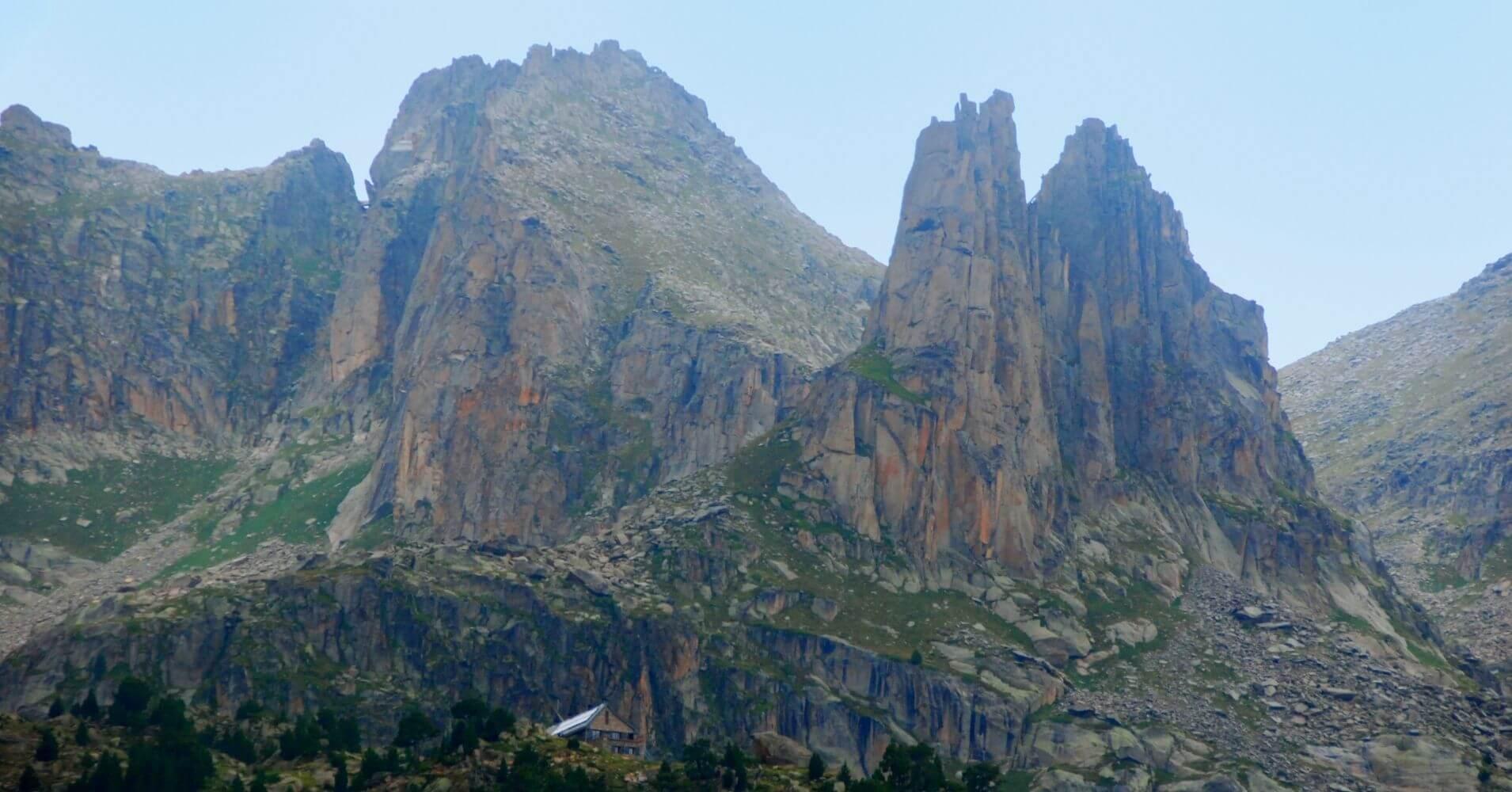 Refugio y Agujas de Amitges. Parque Nacional de Aigües Tortes. Lérida, Cataluña.
