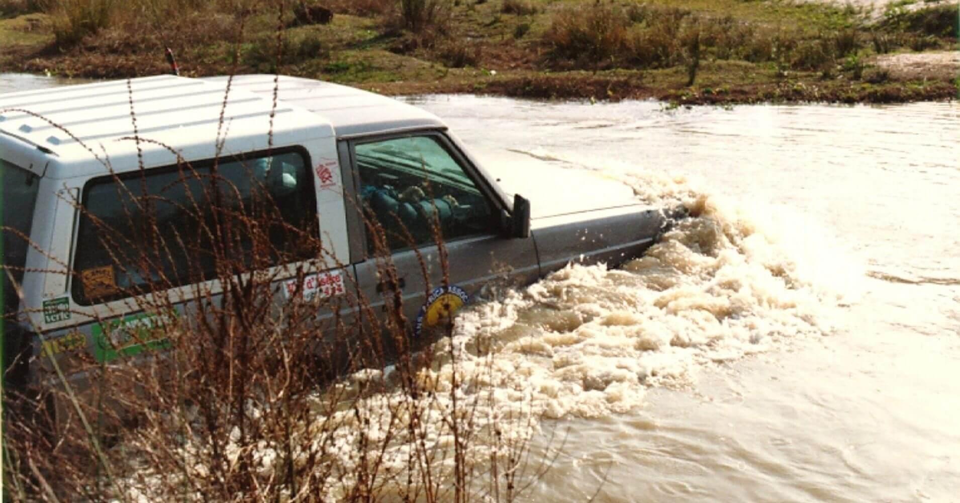 Rutas 4X4 en España. Nissan Patrol Vadeando Río. Foto Tony Mediavilla.