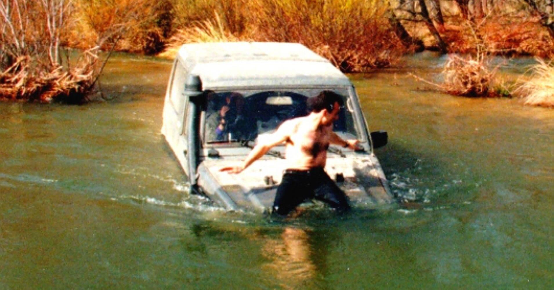 Toyota Land Cruisier con toma elevada vadeando río.
