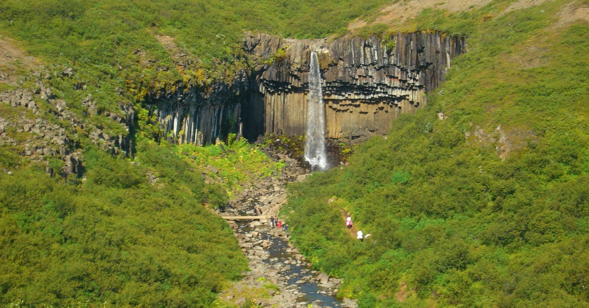 Sendero de Acercamiento a La Cascada Svartifoss. Road Trip por Islandia.