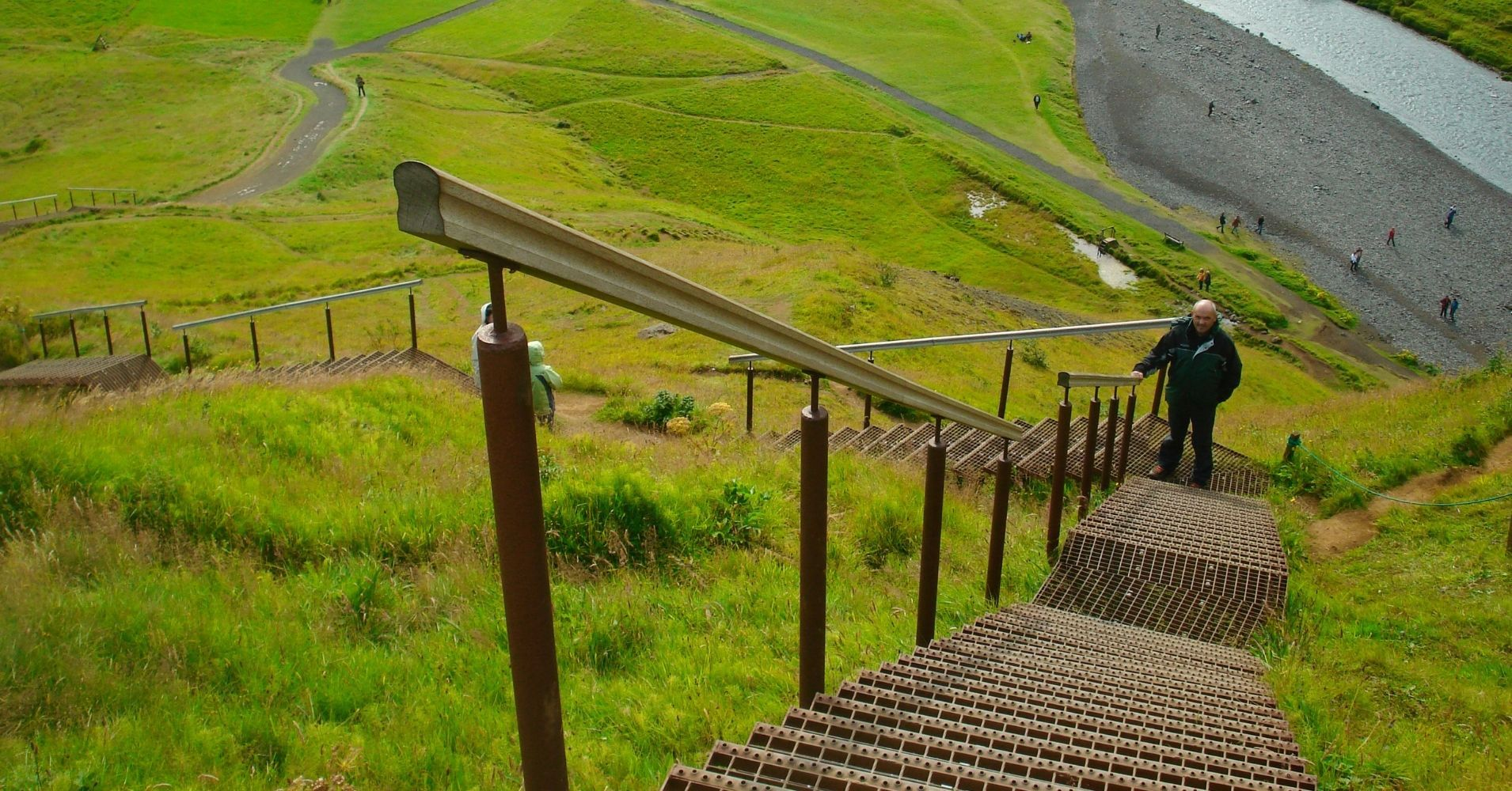 Subida a la Parte Alta de la Cascada de Skógafoss. Road Trip por Islandia.