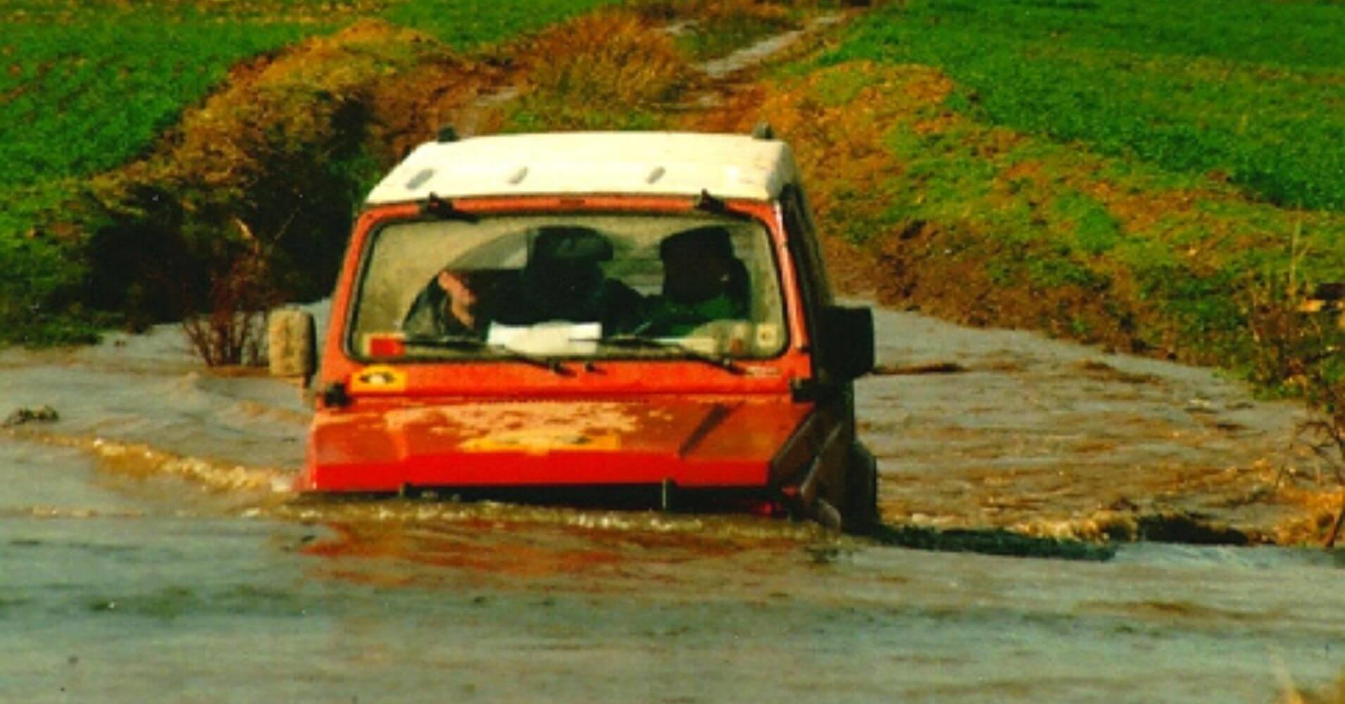 Suzuki Vadeando Río. Rutas 4X4 en España.
