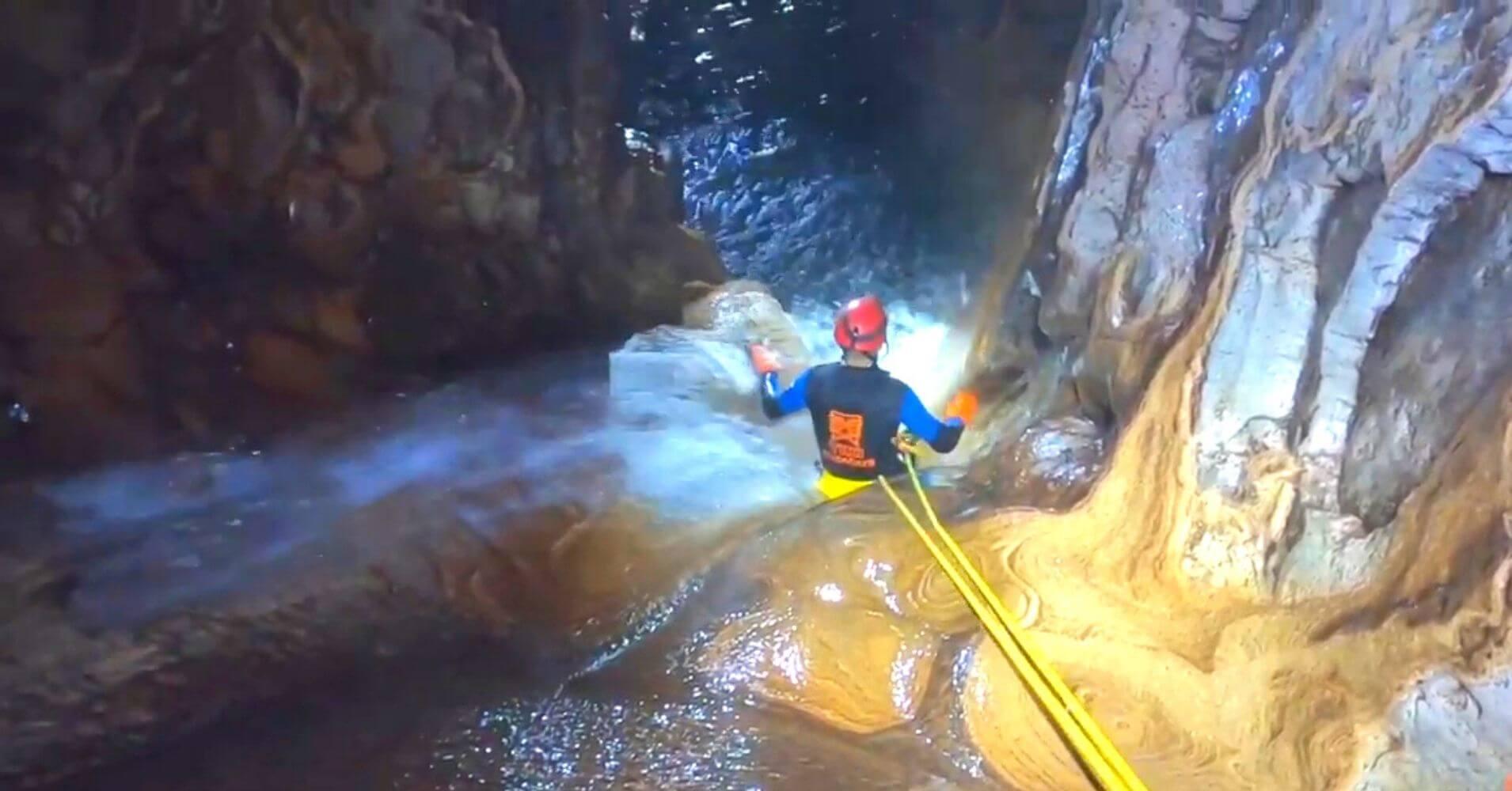 Tobogán Espeleobarranquismo Cueva de Valporquero. Vegacervera, León. Castilla y León.
