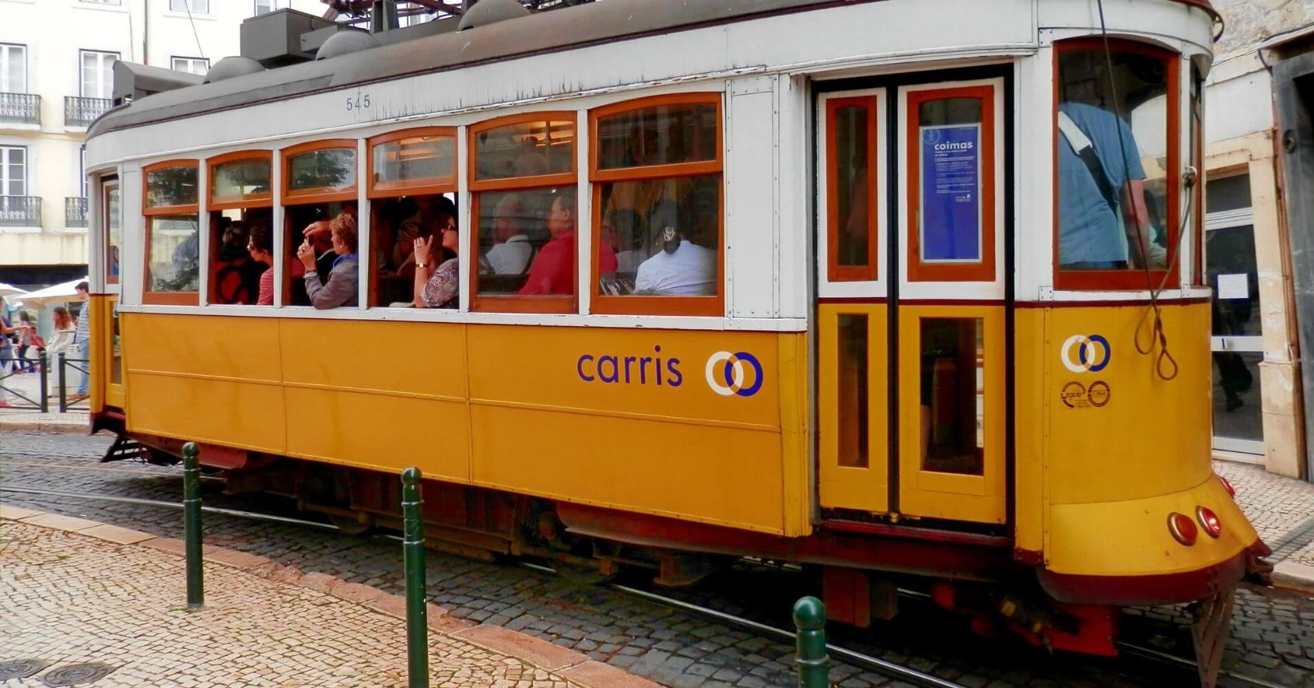 Tranvía en el Chiado. Lisboa, Portugal.