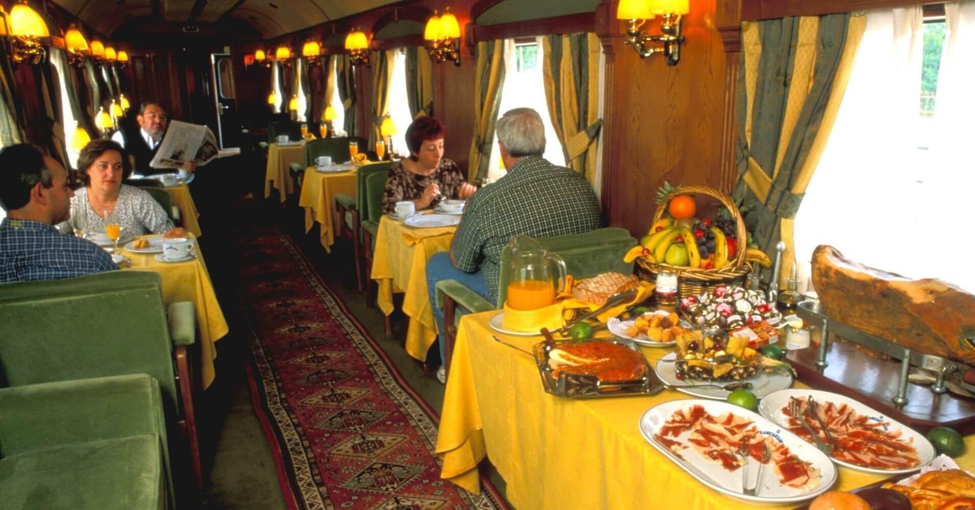 Vagón Restaurante de El Transcantábrico. Tren Turístico del Norte de España.