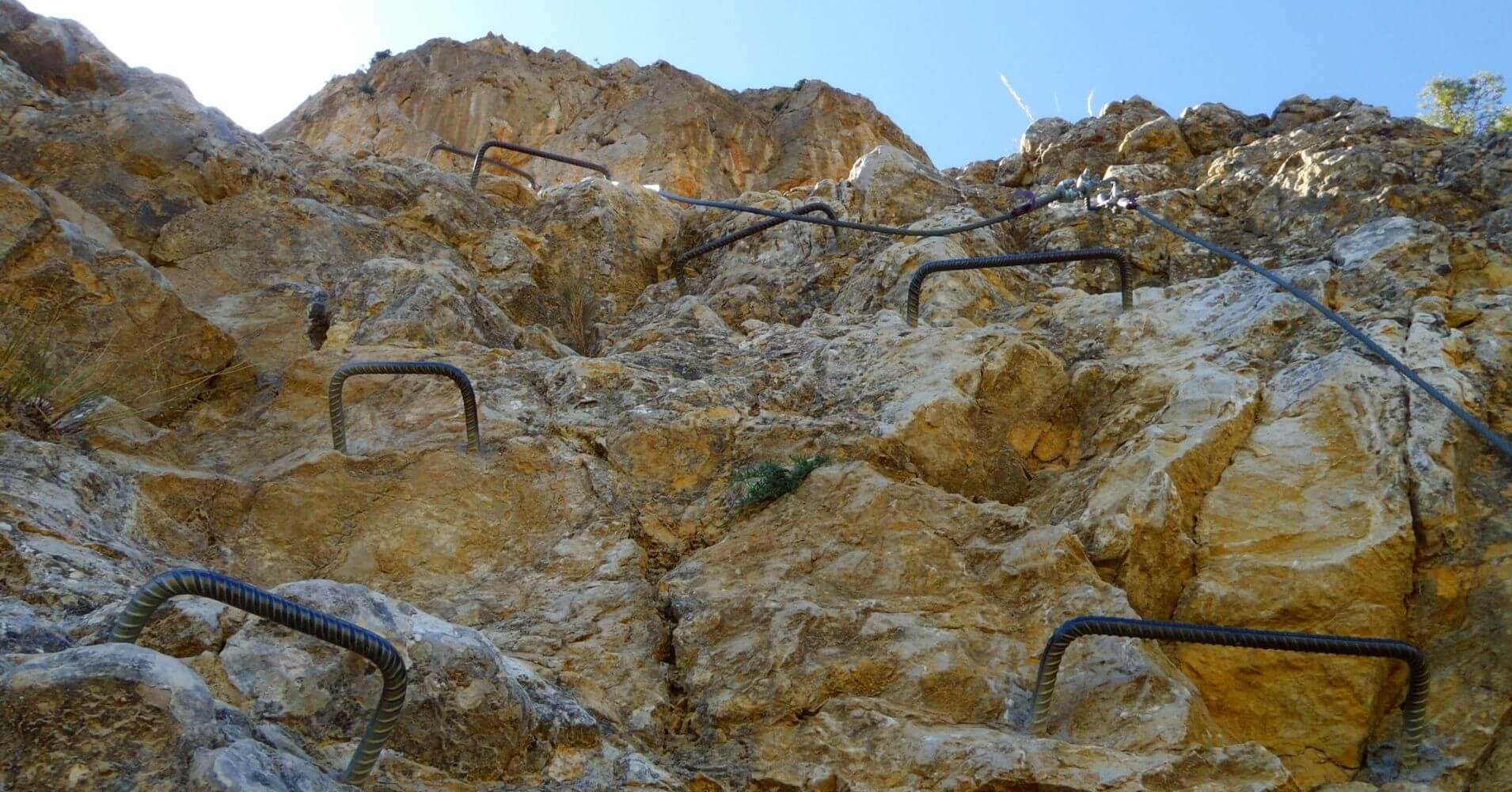 Vía Ferrata Norte del Cid. Grapas en Vertical. Petrer, Alicante. Comunidad Valenciana.