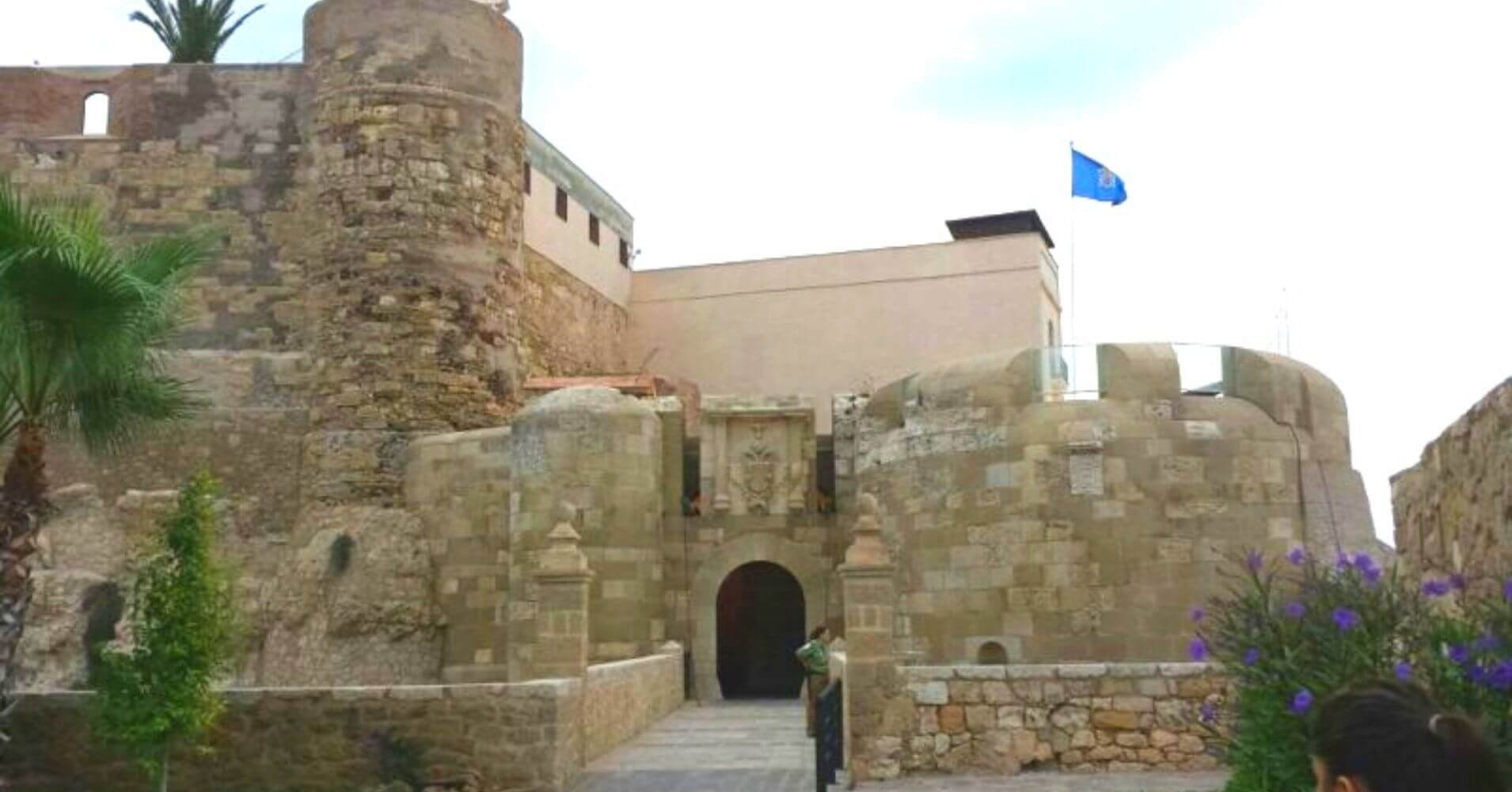 Viajar a España. Puerta de Santiago. Melilla.