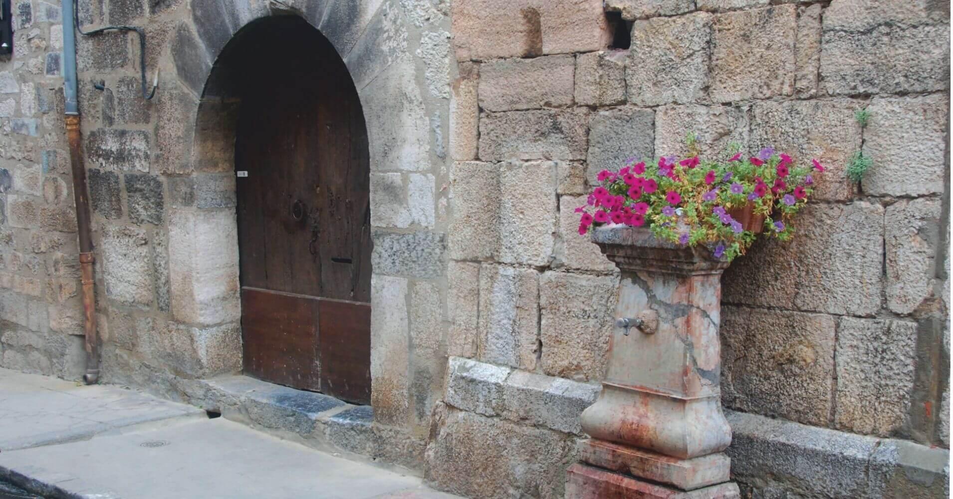 Detalles de la Villa. Languedoc-Rosellón. Pirineos Orientales, Occitania. Francia.